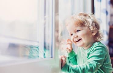 Kindersturz Fenster vermeiden - Abschließbare Fenstergriffe können schützen
