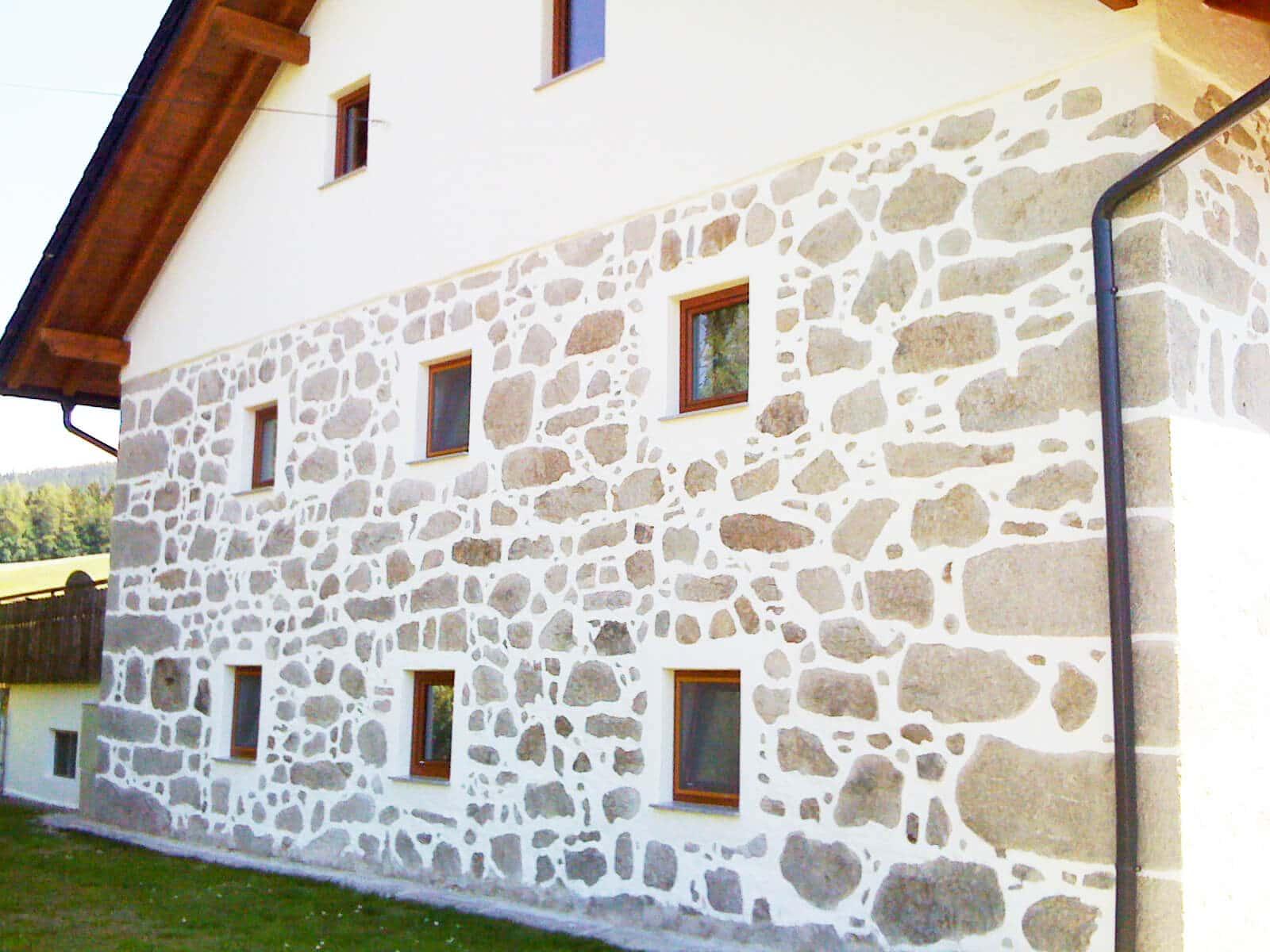 Kunststoff-Alu-Fenster in braun für Bauernhof