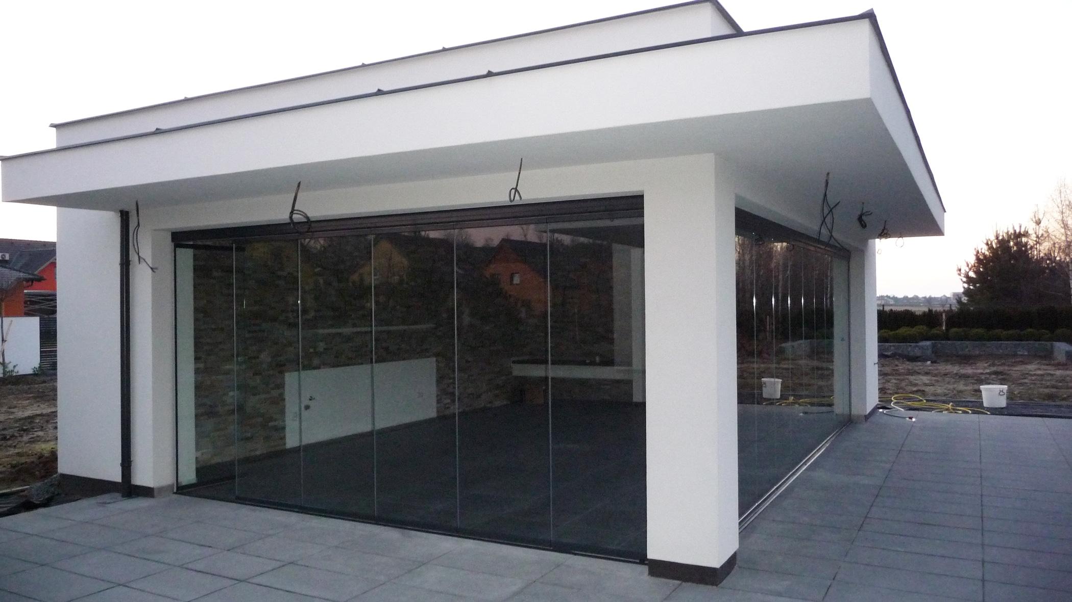 Mehrteilige Schiebewand für modernes Poolhaus