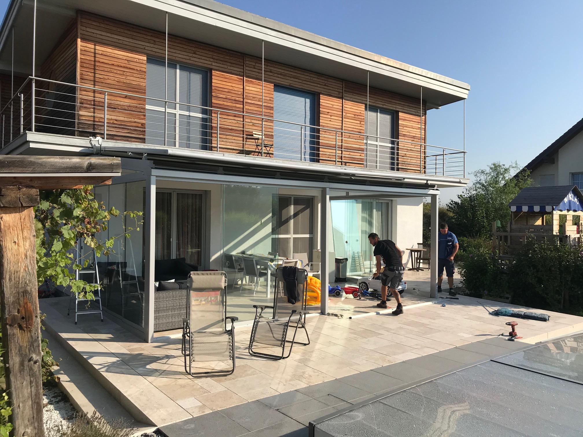 Moderne Glasanbauten an Einfamilienhaus