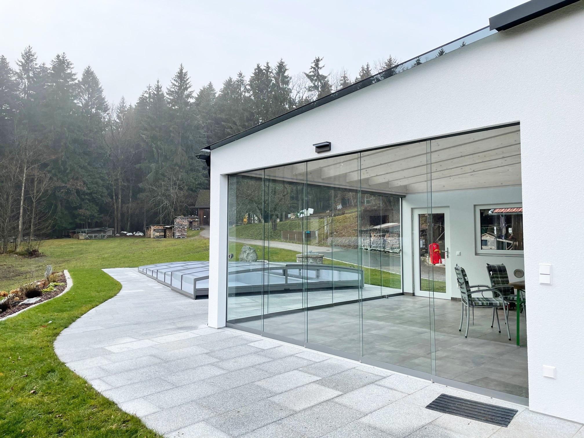 Moderne Glasschiebetüren für Zubau
