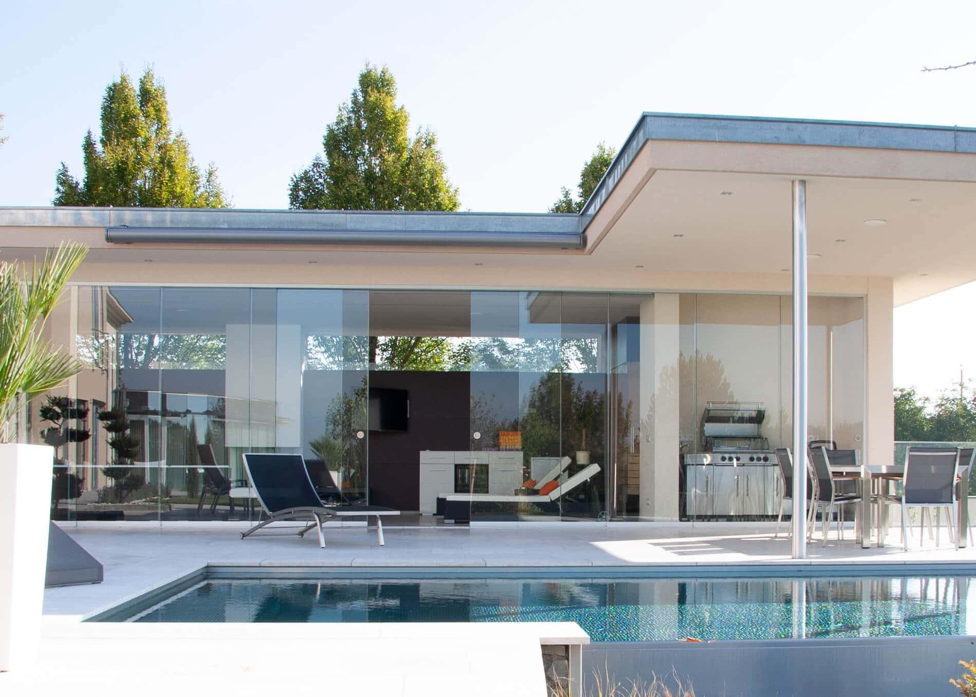 Monderne Poolhäuser mit Glasschiebesystemen