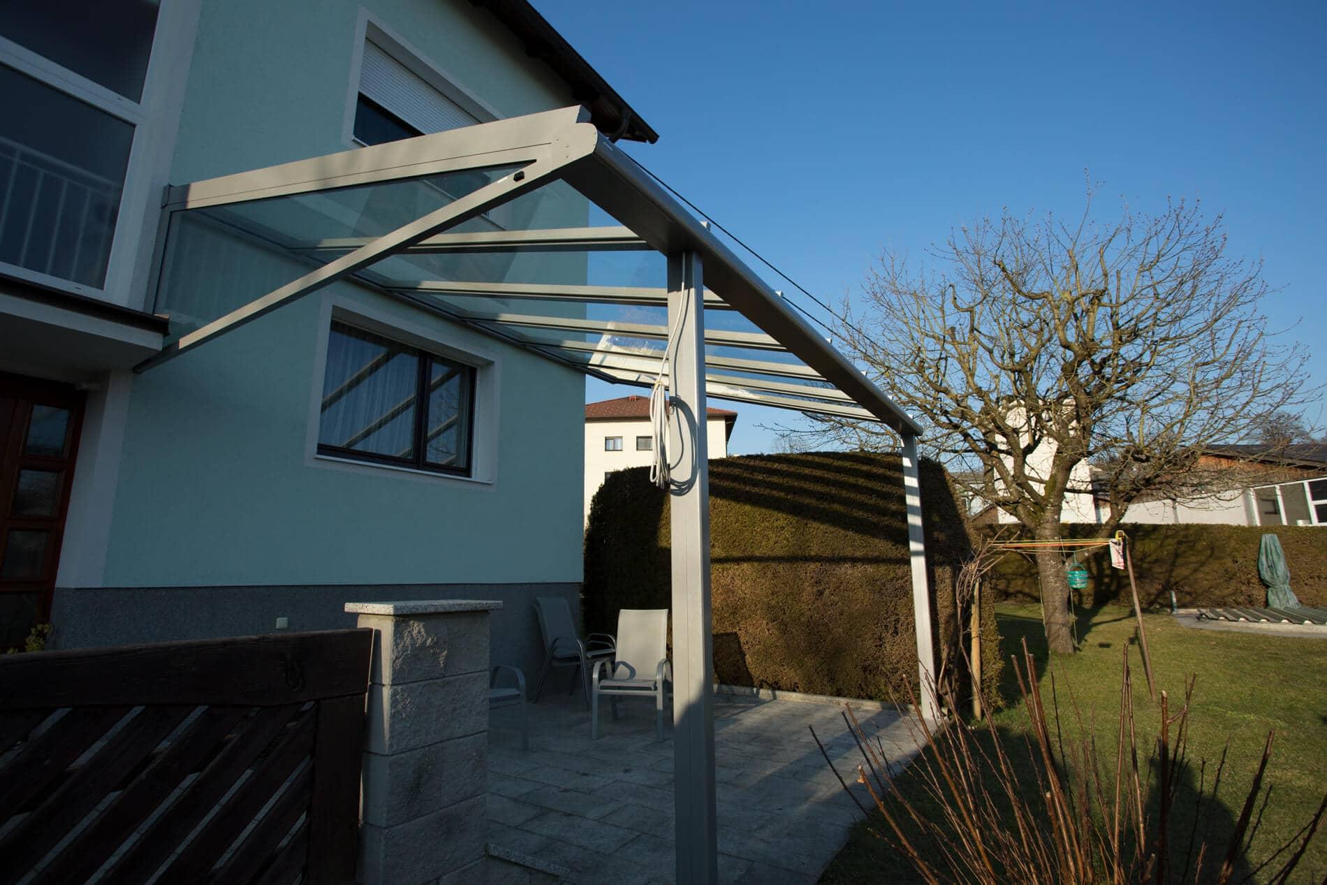 Moderne Terrassenüberdachung mit schlanken Profilen