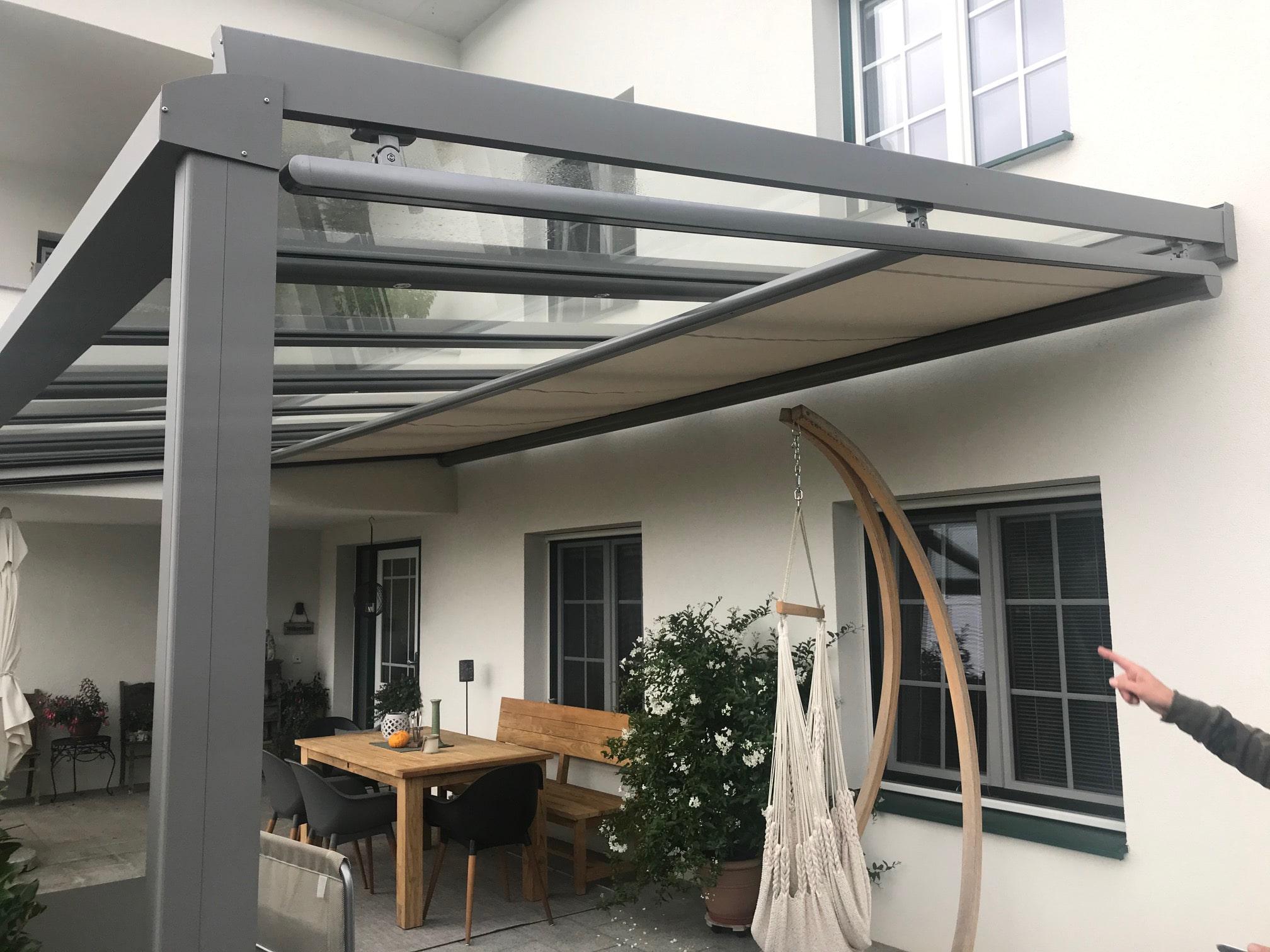 Moderne Terrassenüberdachung mit Unterglasmarkise