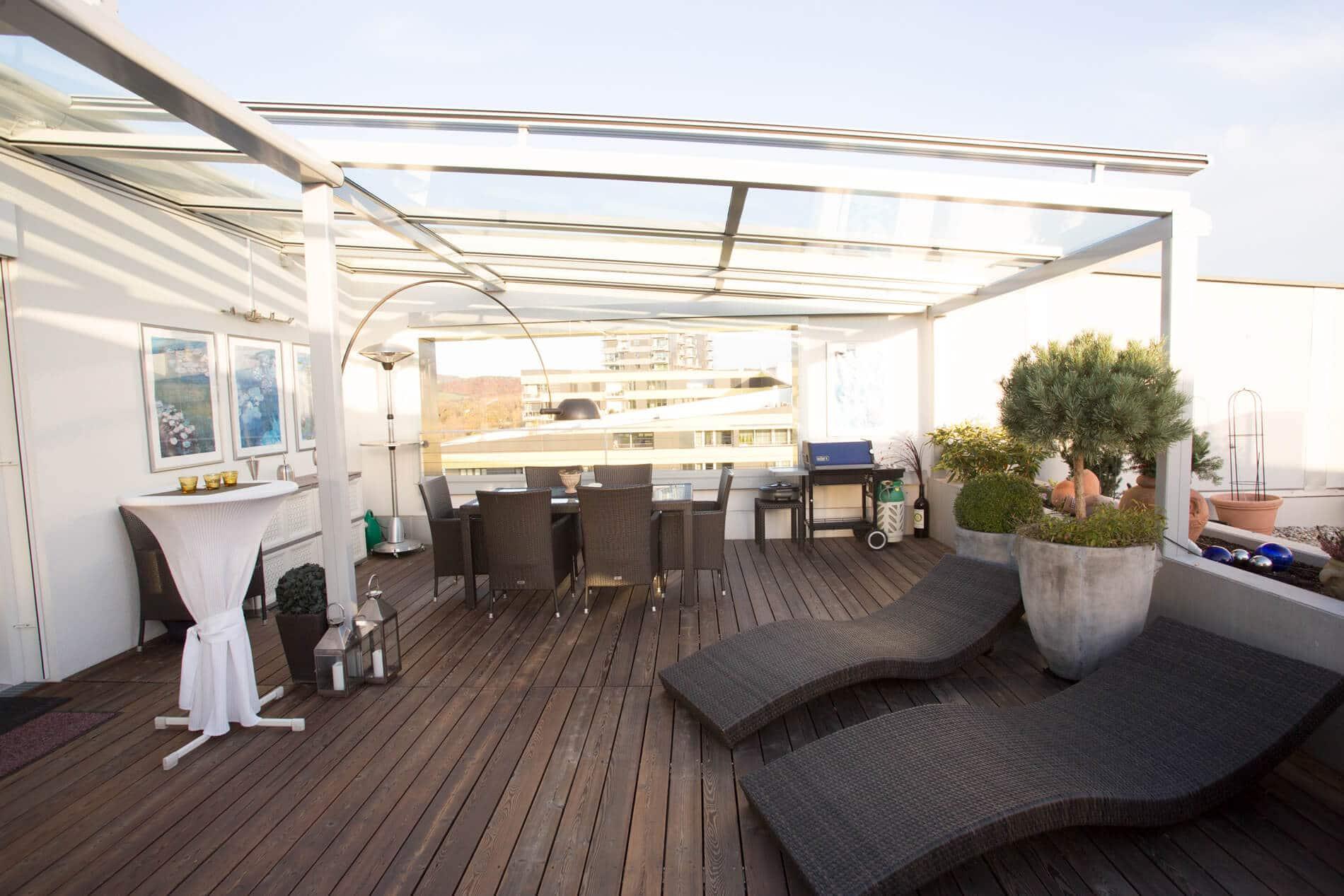 Moderne Terrassenüberdachung mit Windschutz