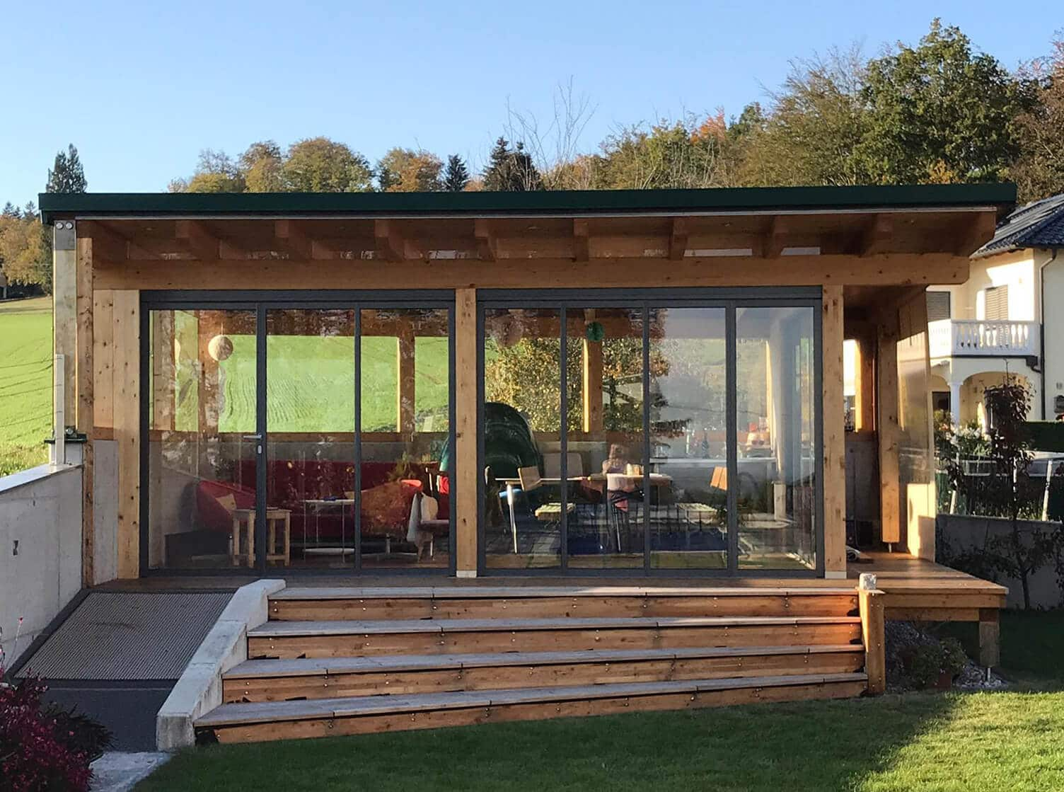 Moderner Holzbau mit Schiebe-Dreh-Systemen