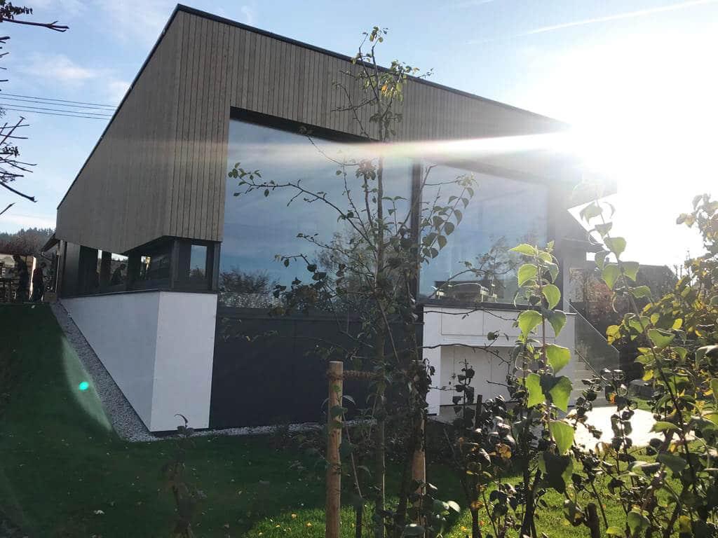 Modernes Poolhaus in Oberösterreich mit großen Glaselementen