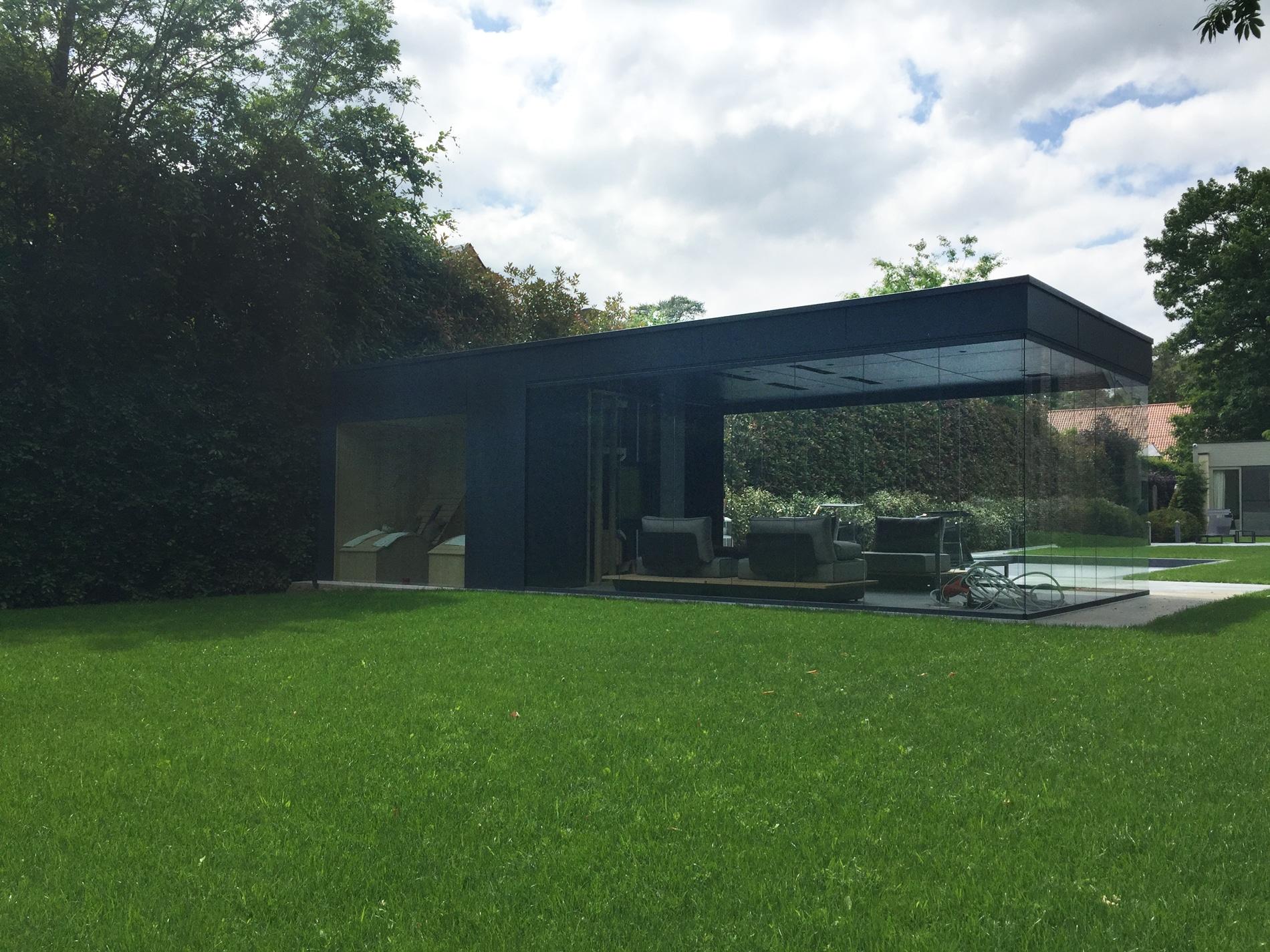 Modernes Poolhaus mit Sauna