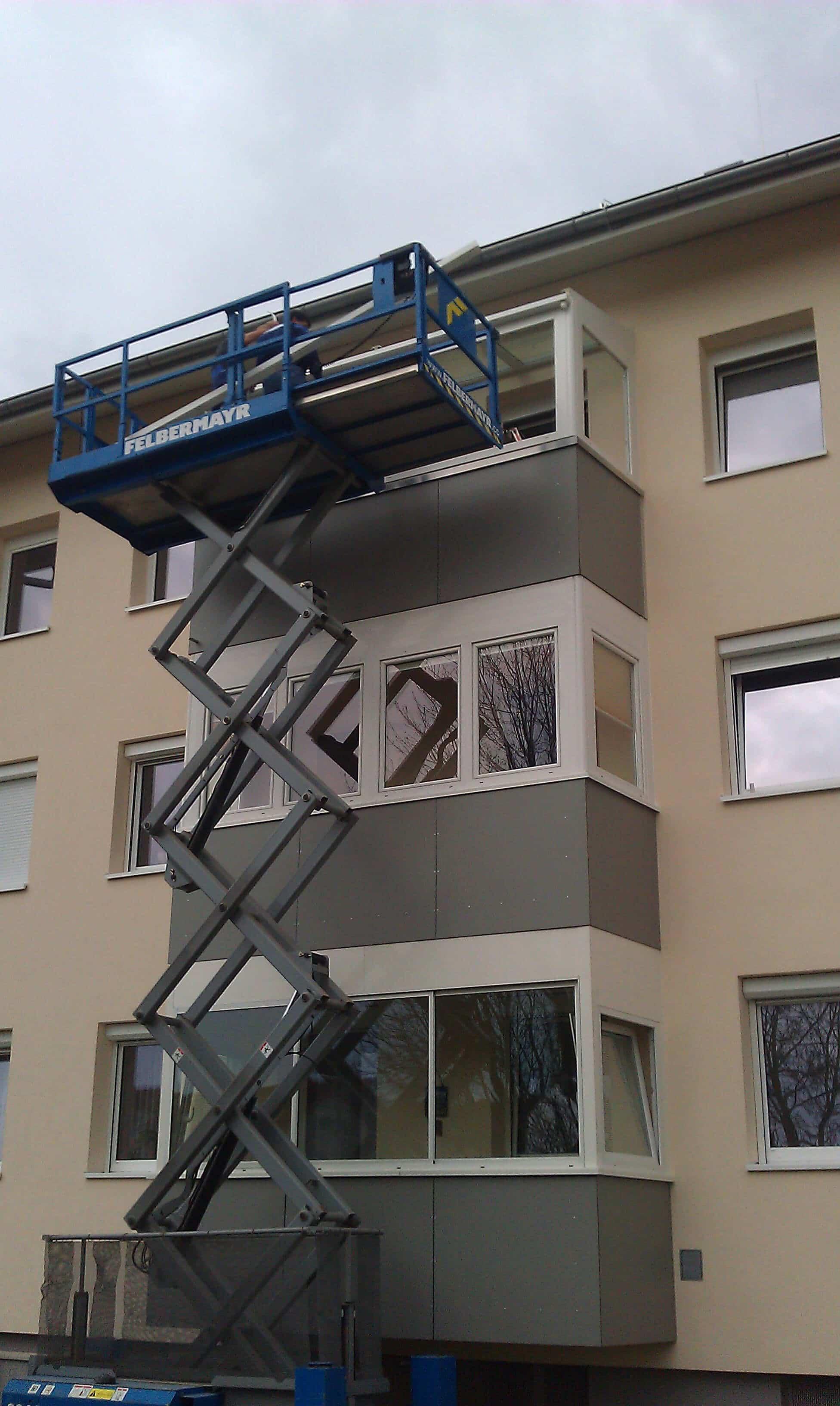 Montage eines kleinen Wintergartens auf einem Balkon