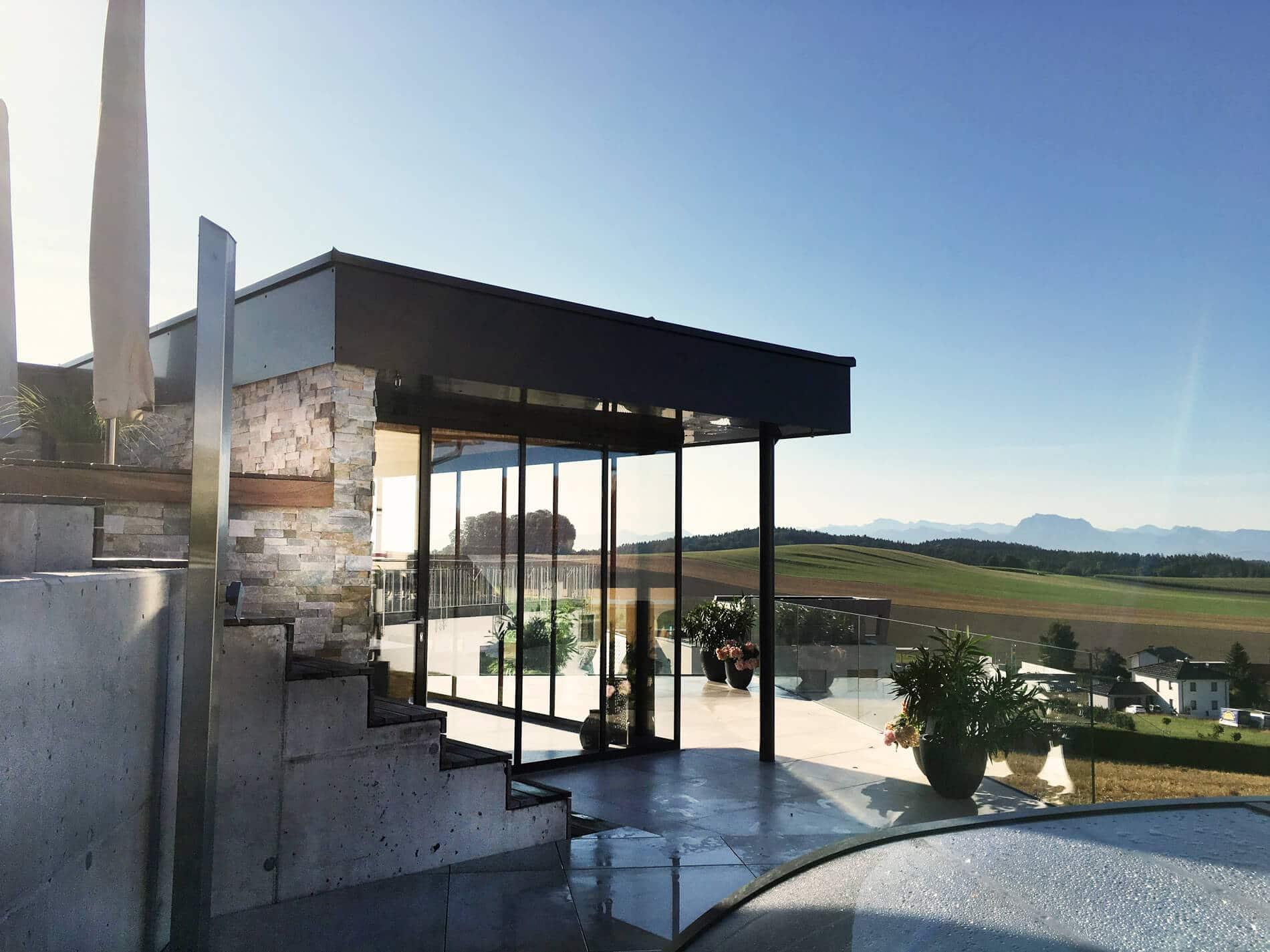 Neues Poolhaus mit Glas