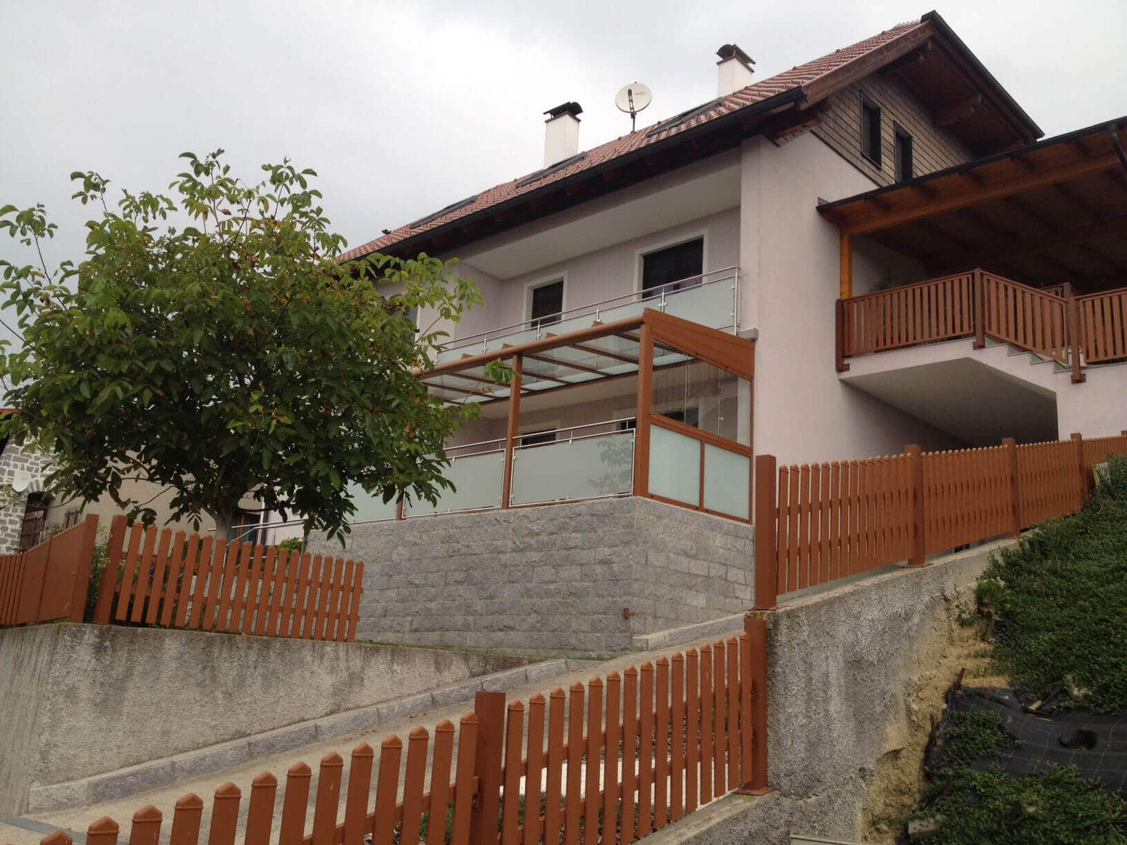 Ockerfarbene Terrassenüberdachung