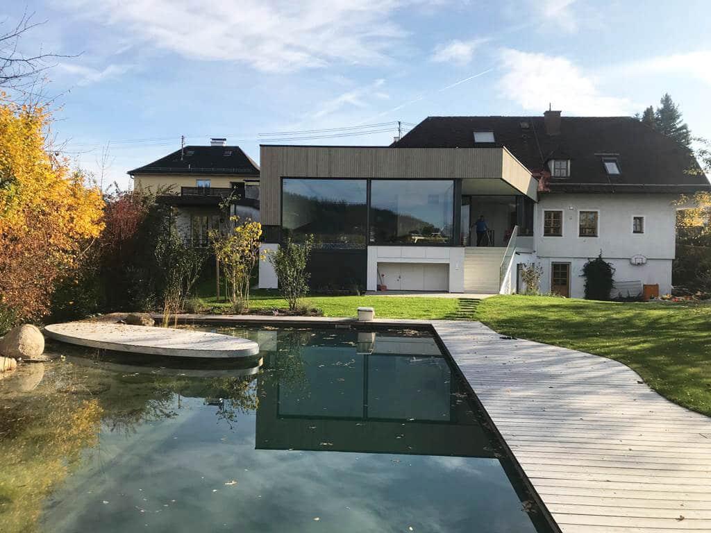 Poolhaus als Zubau mit großen Fensterelementen