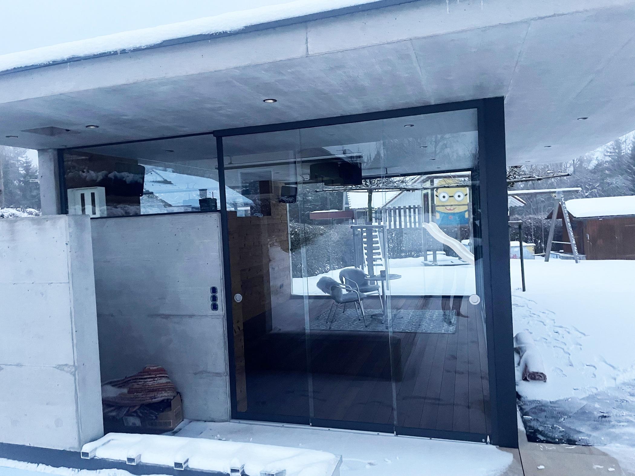 Poolhaus für den Garten mit Schiebetüren von Schmidinger