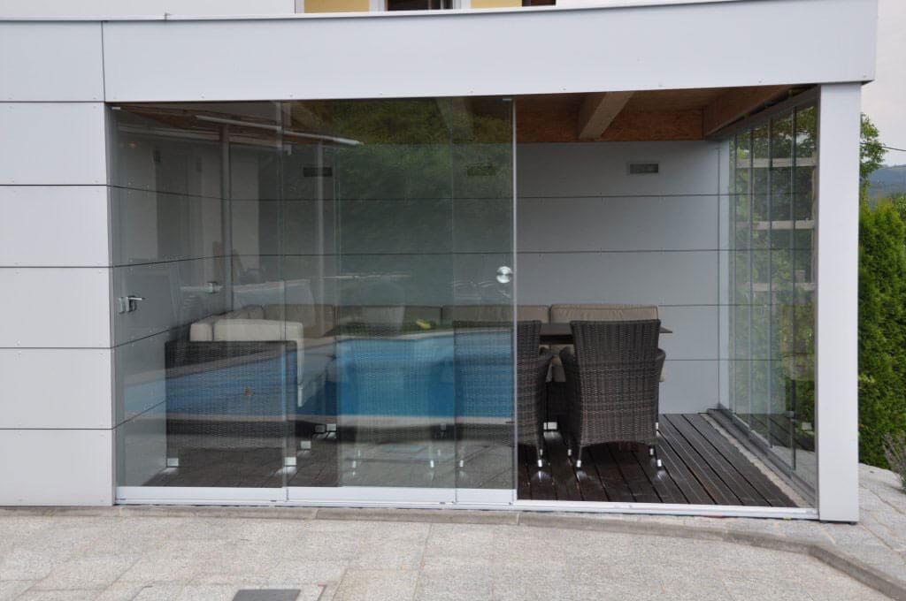 Poolhaus mit Glasschiebetüren