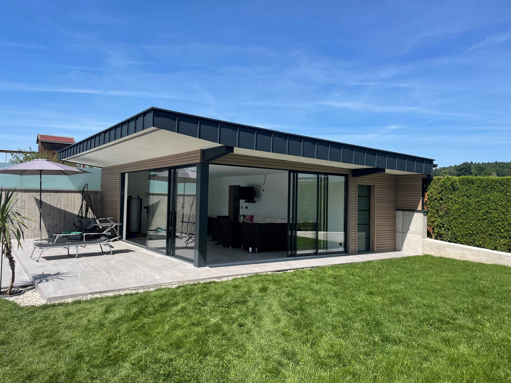Poolhaus im Garten mit Schiebetüren von Schmidinger