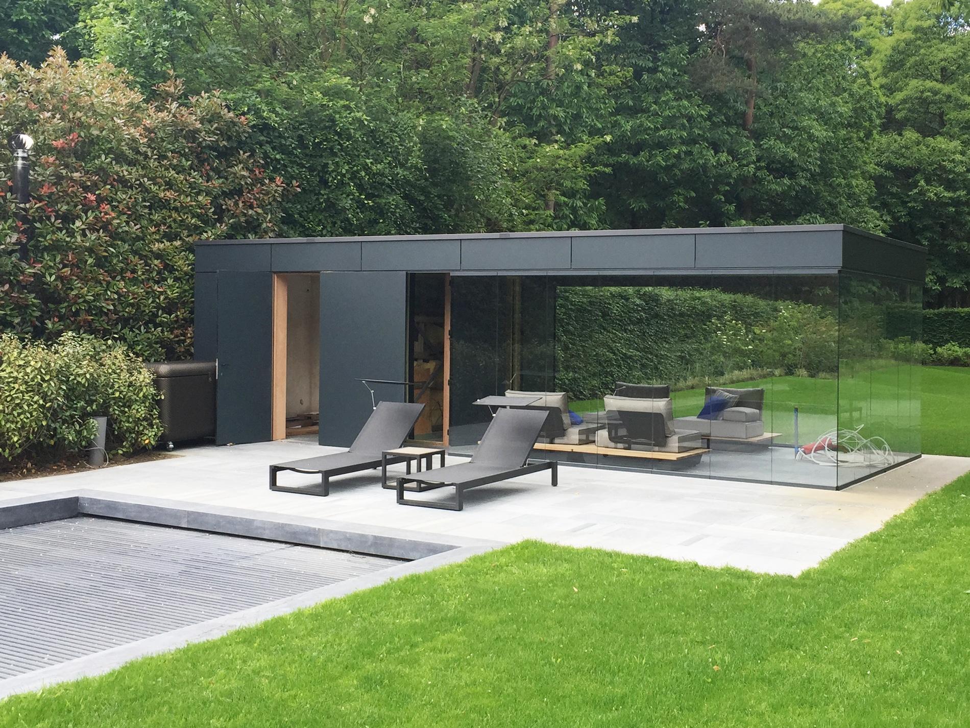 Poolhaus mit Flachdach und Glas