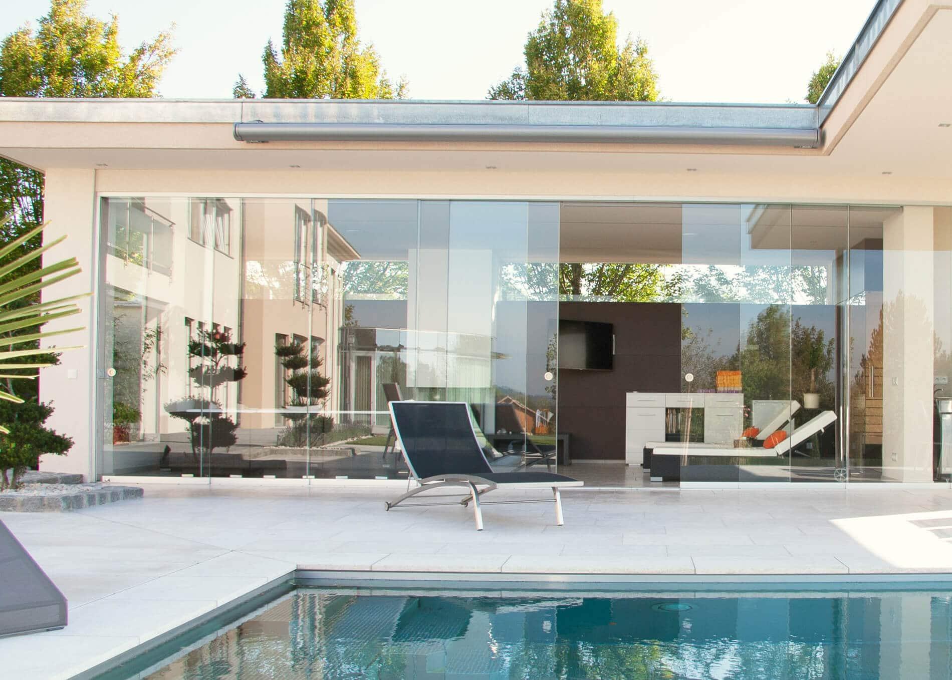 Poolhaus modern mit Glas