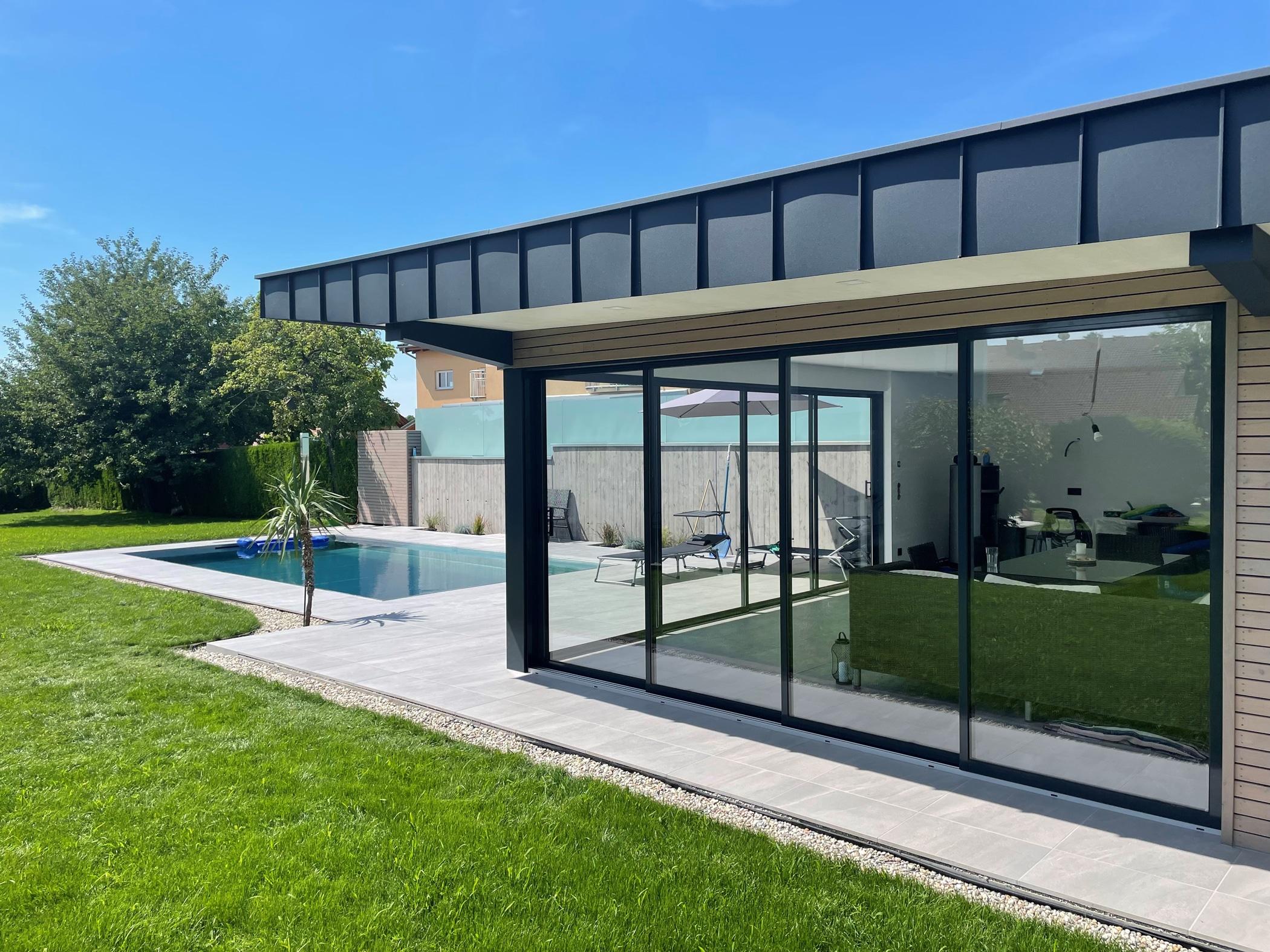 Poolhaus modern mit Schiebetüren in Anthrazit