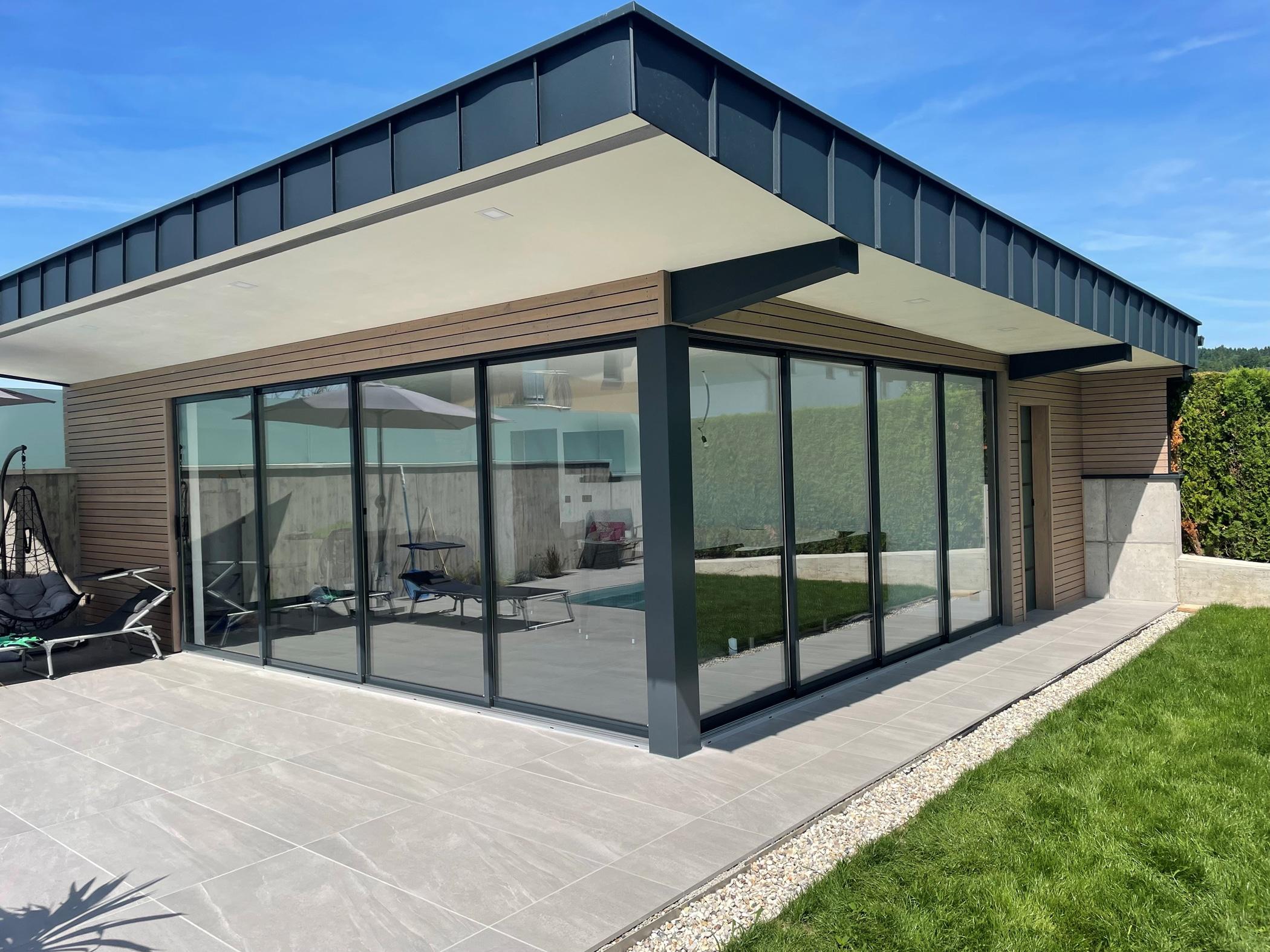 Poolhaus modern mit Schiebetüren von Schmidinger