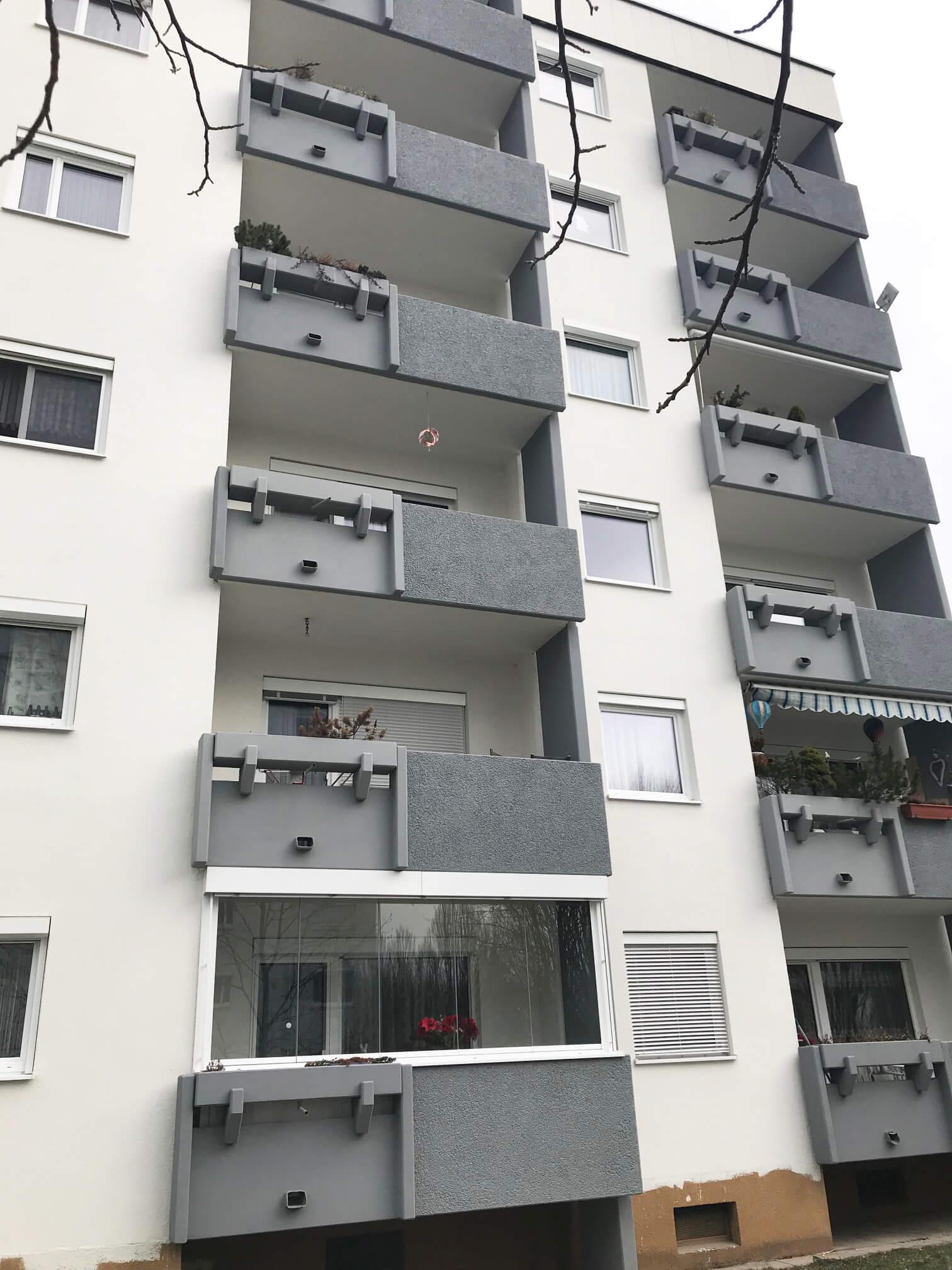 Rahmenlose Balkonverglasungen mit Außenbeschattung