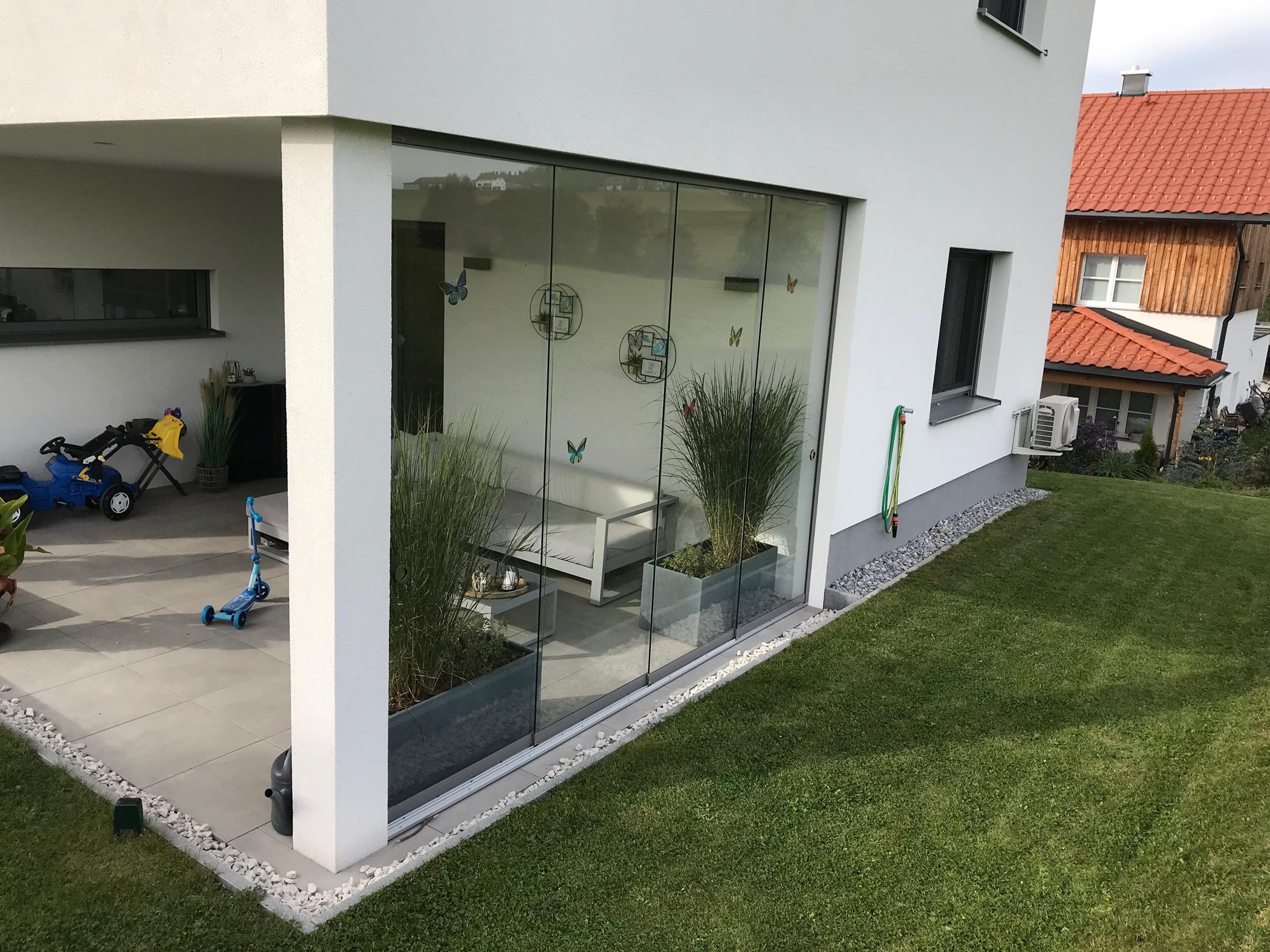 Rahmenlose Terrassenverglasungen als Windschutz OÖ