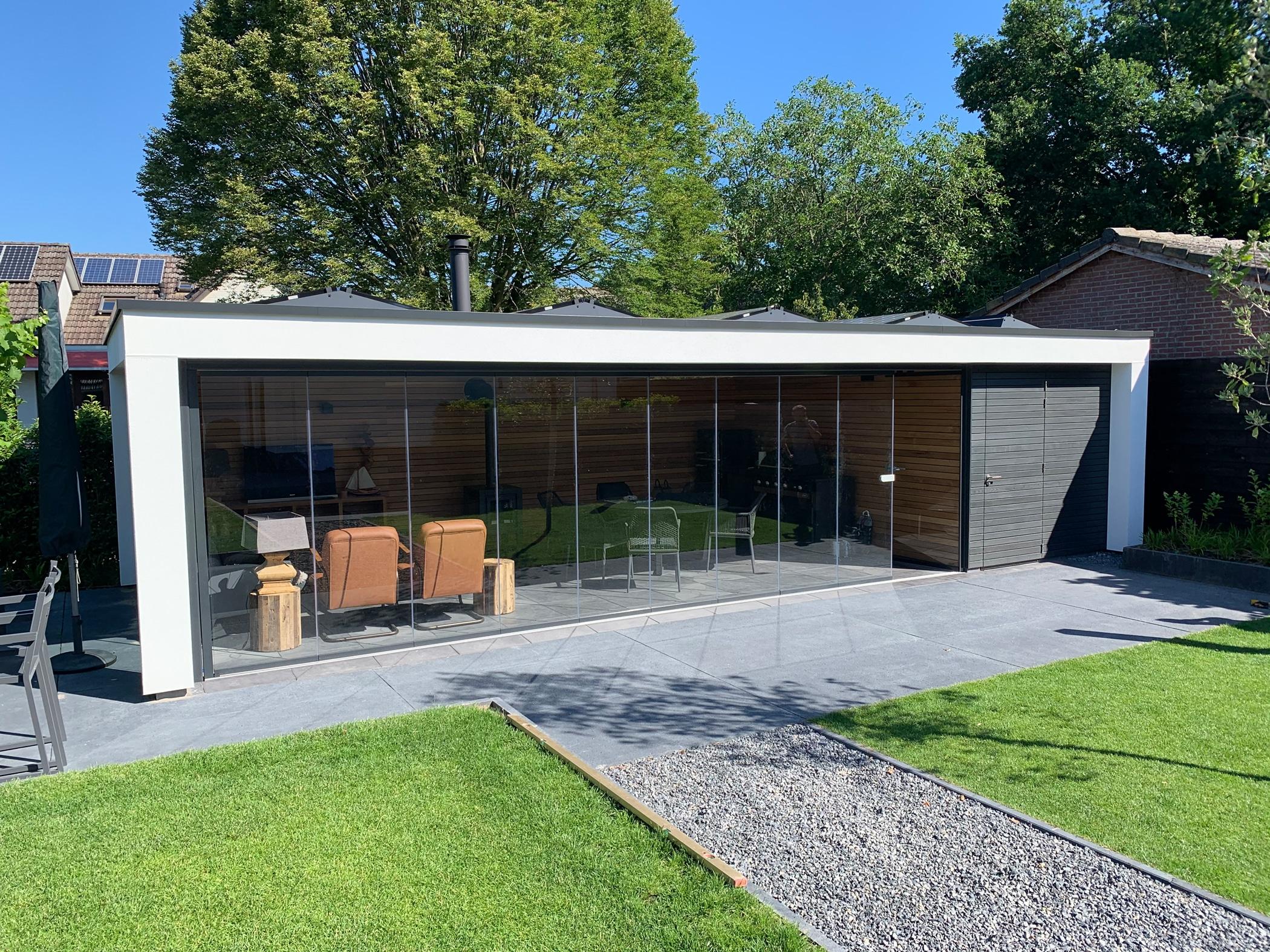 Referenz Gartenhaus mit Glas-Schiebe-Dreh Türen transparent