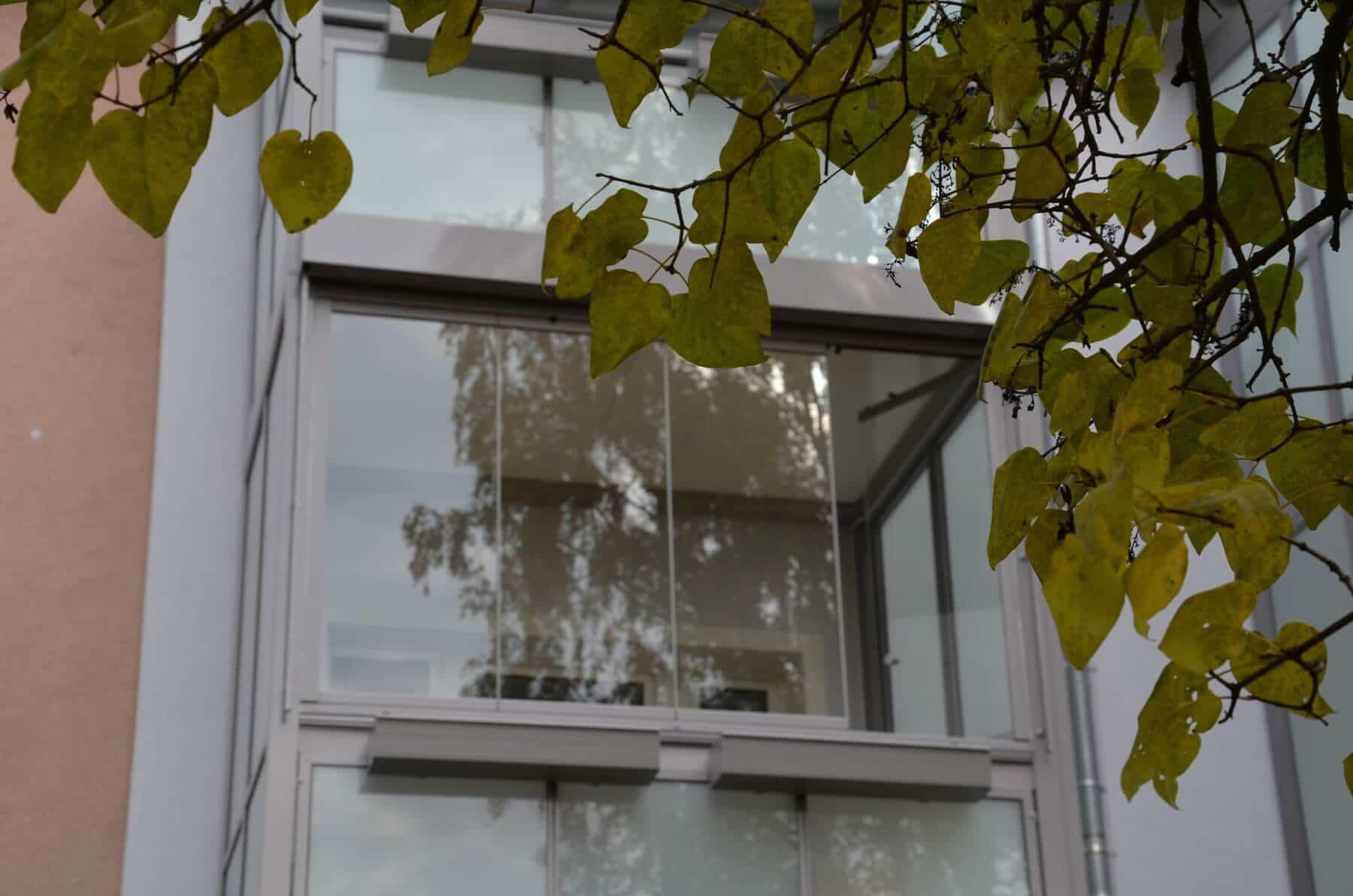 Loggiaverglasung in Grau in Linz montiert