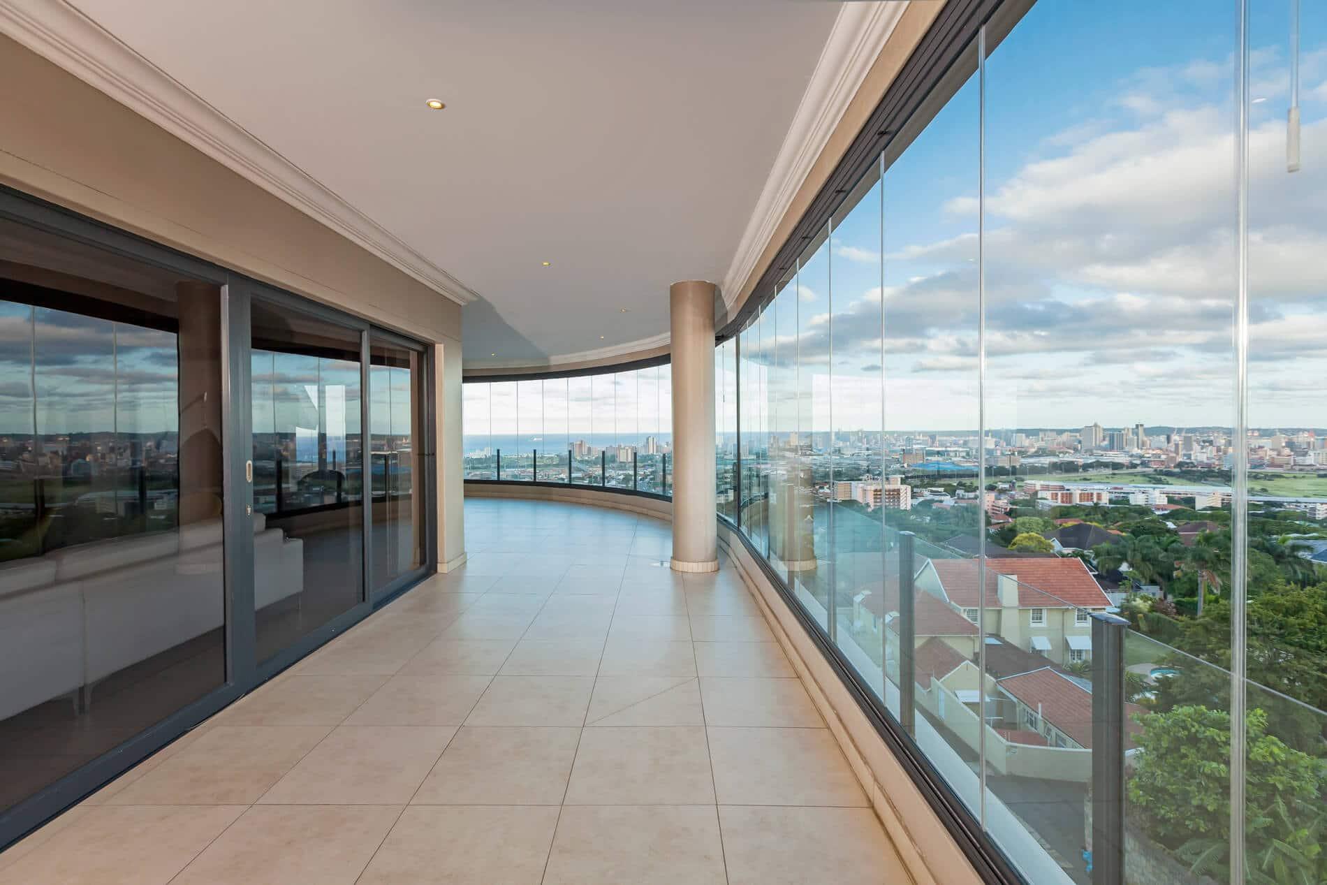 Schiebe-Dreh-System für großflächige Balkonverglasungen