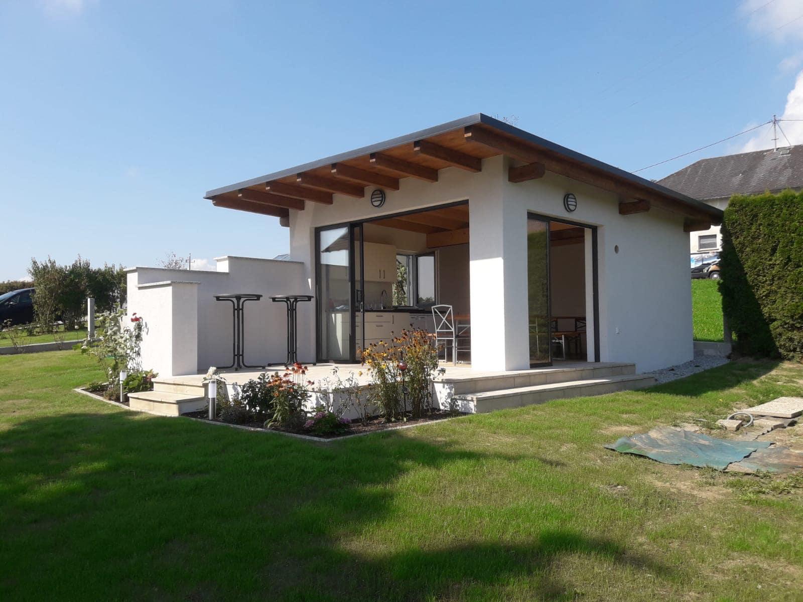 Schiebeelemente für modernes Gartenhaus mit Pultdach