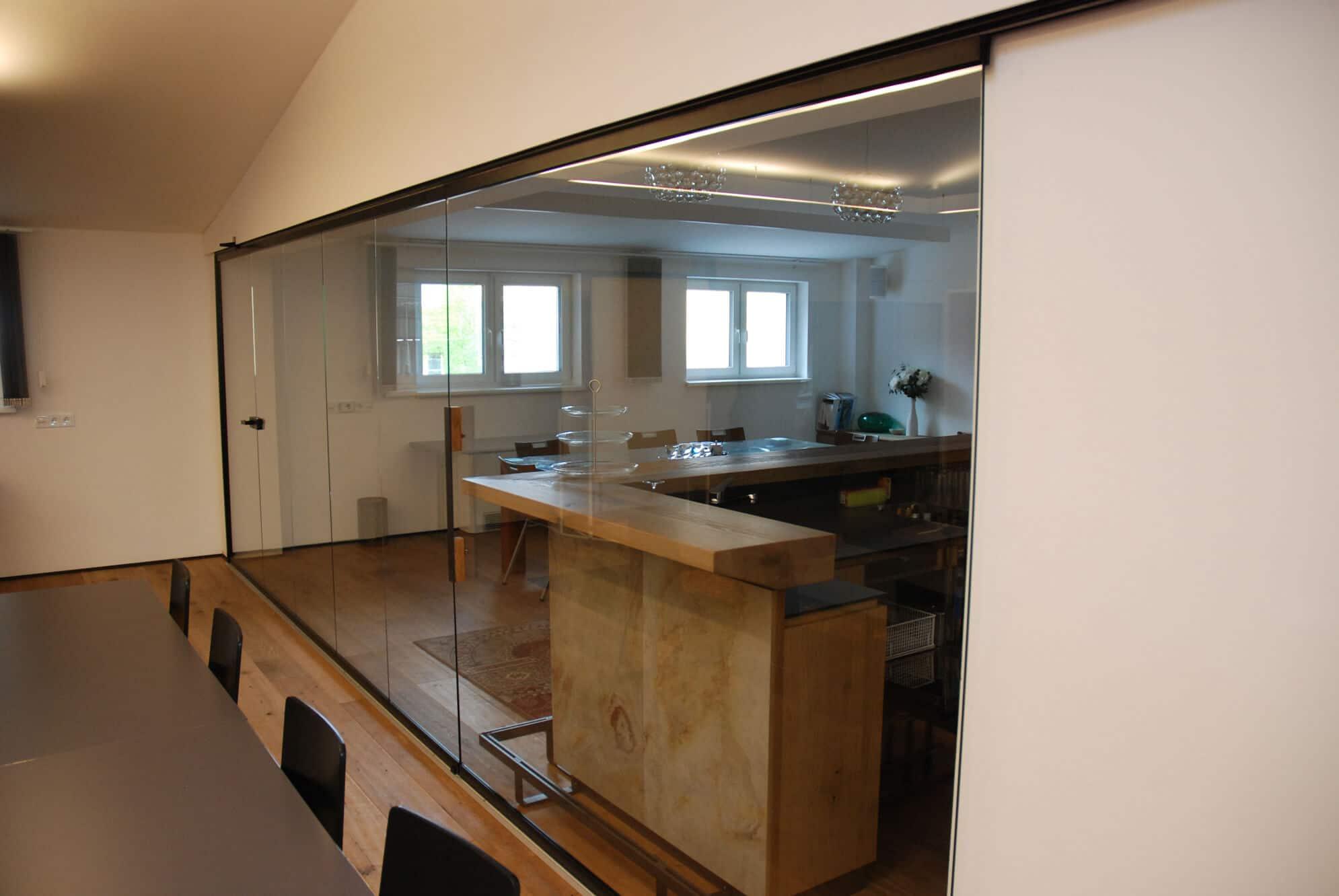 Schiebetüre kombiniert mit Schiebe-Dreh-Verglasung im Innenbereich