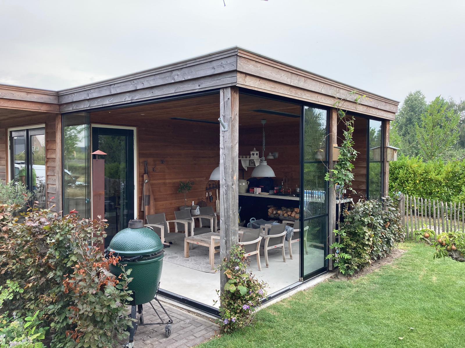 Schiebetüren für rustikales Gartenhaus