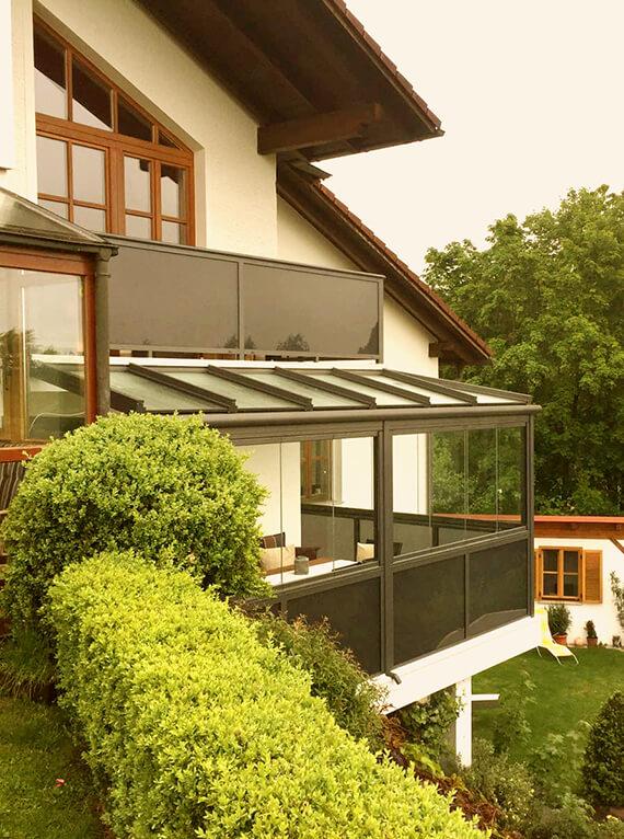 Balkonverglasung und Glasgeländer in grau