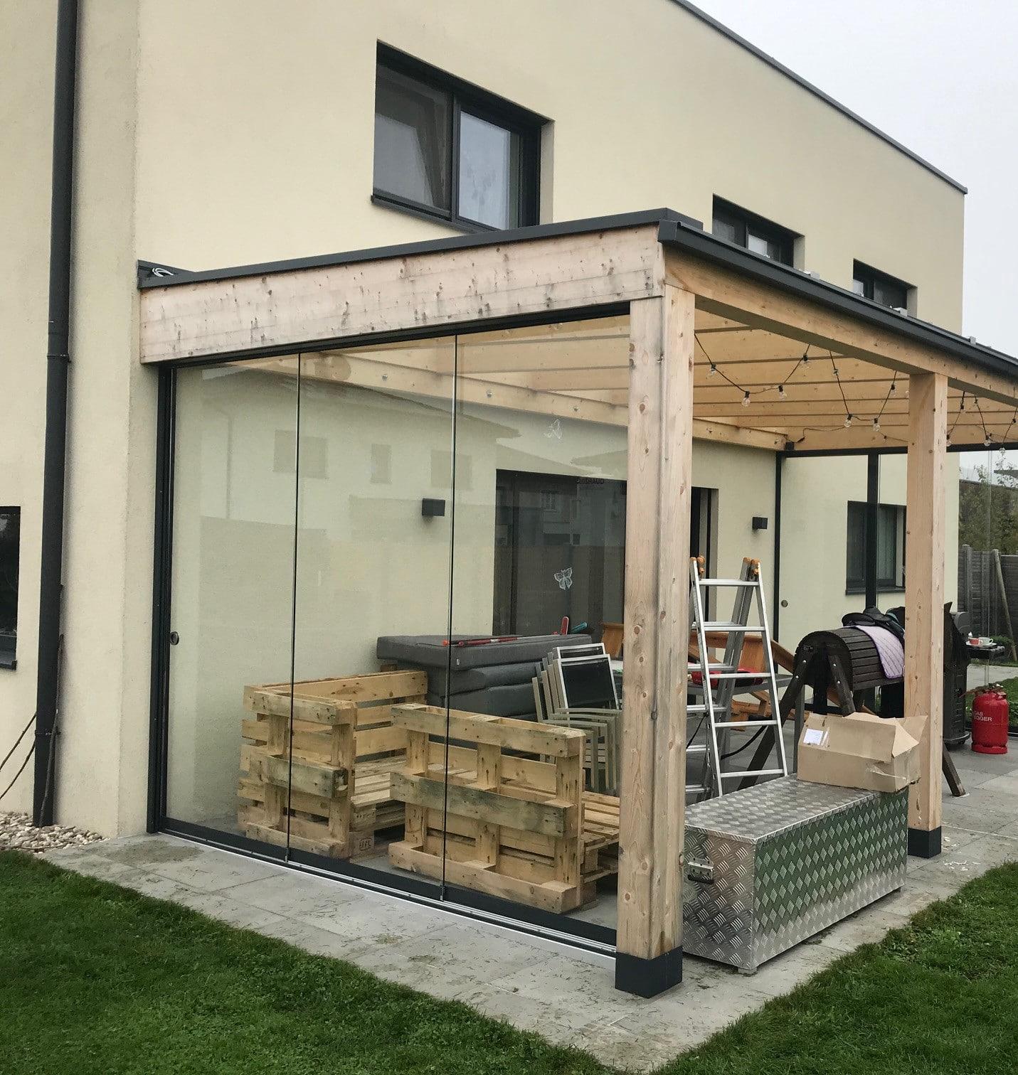 Seitenwand als Schiebetüre für eine bestehende Holzüberdachung