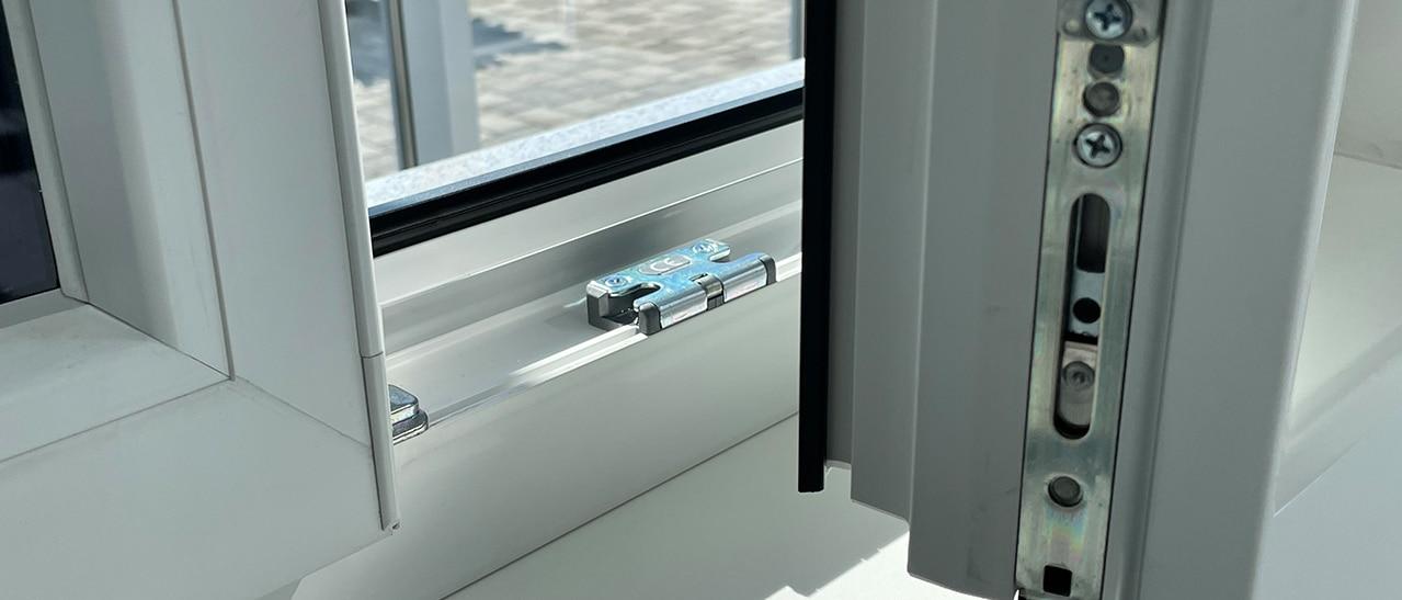 Sicheheitsfenster Schließteile im Rahmen montiert