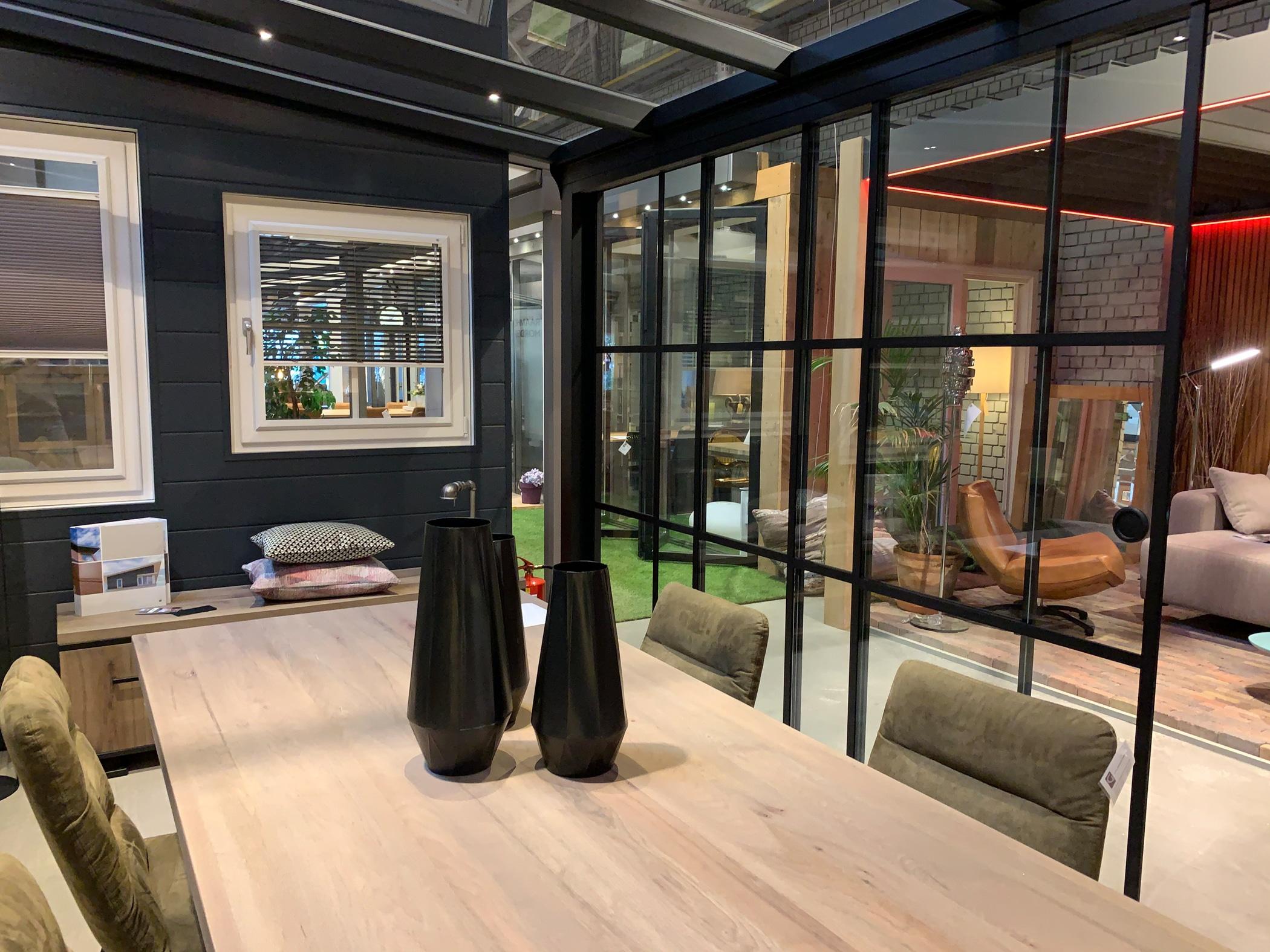 Sommergarten mit Schiebefenster im Industrial Look für Ausstellung