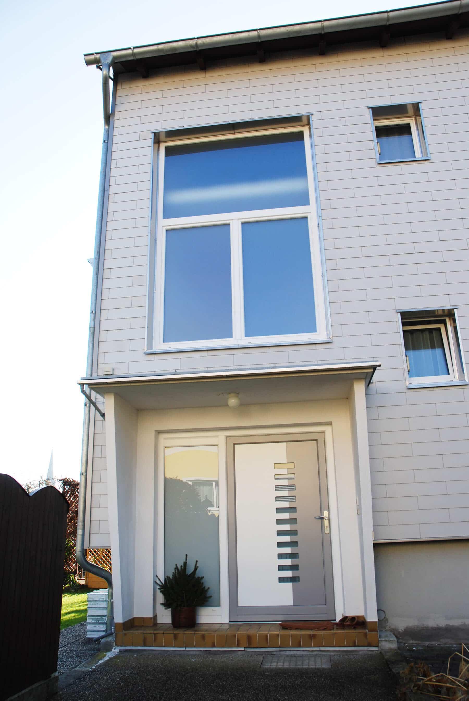 Stiegenhausfenster und Aluminium-Türe