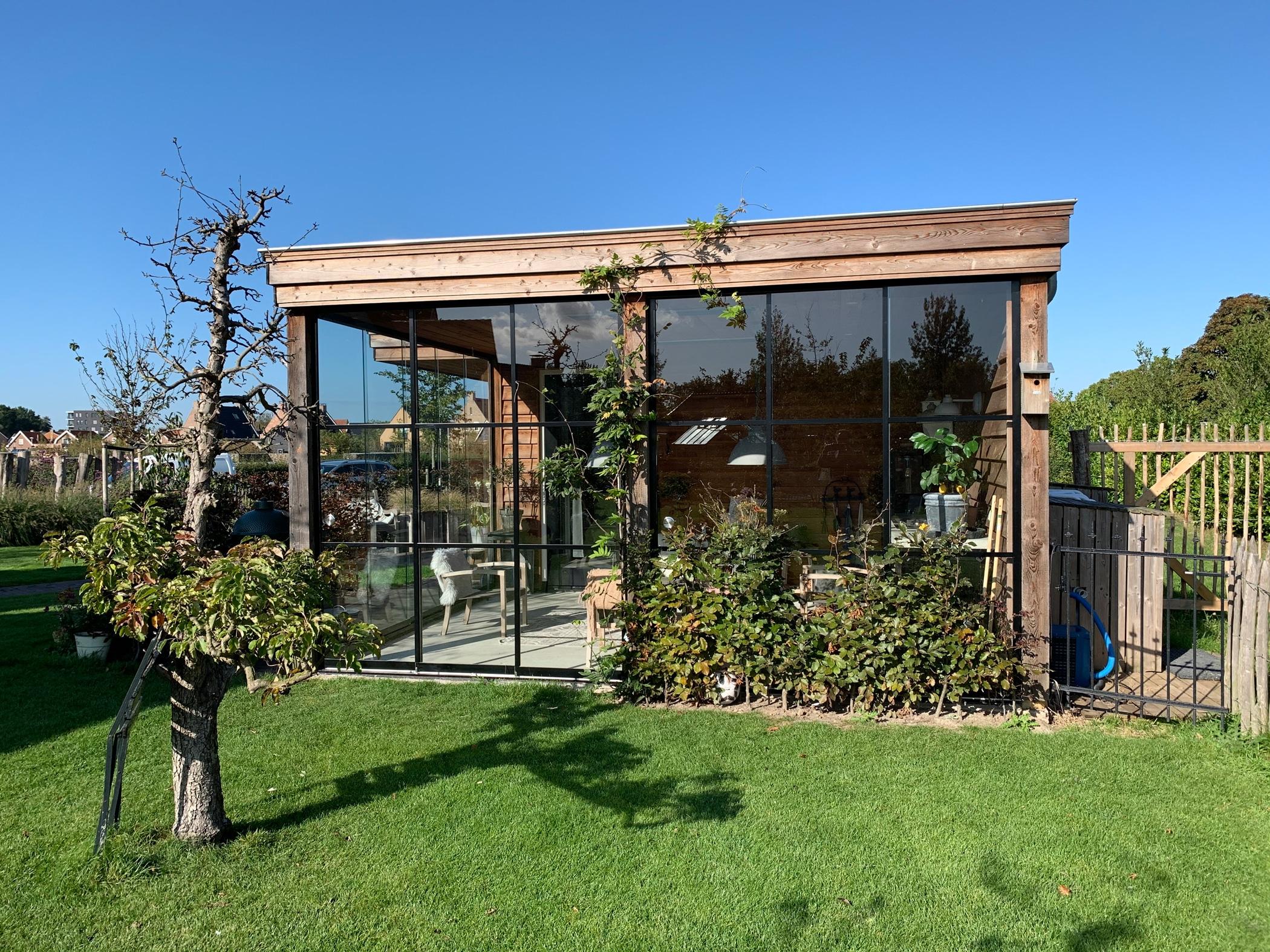Sunflex SF 20 gerahmt mit schwarzen Rahmen und Sprossen für rustikales Gartenhaus