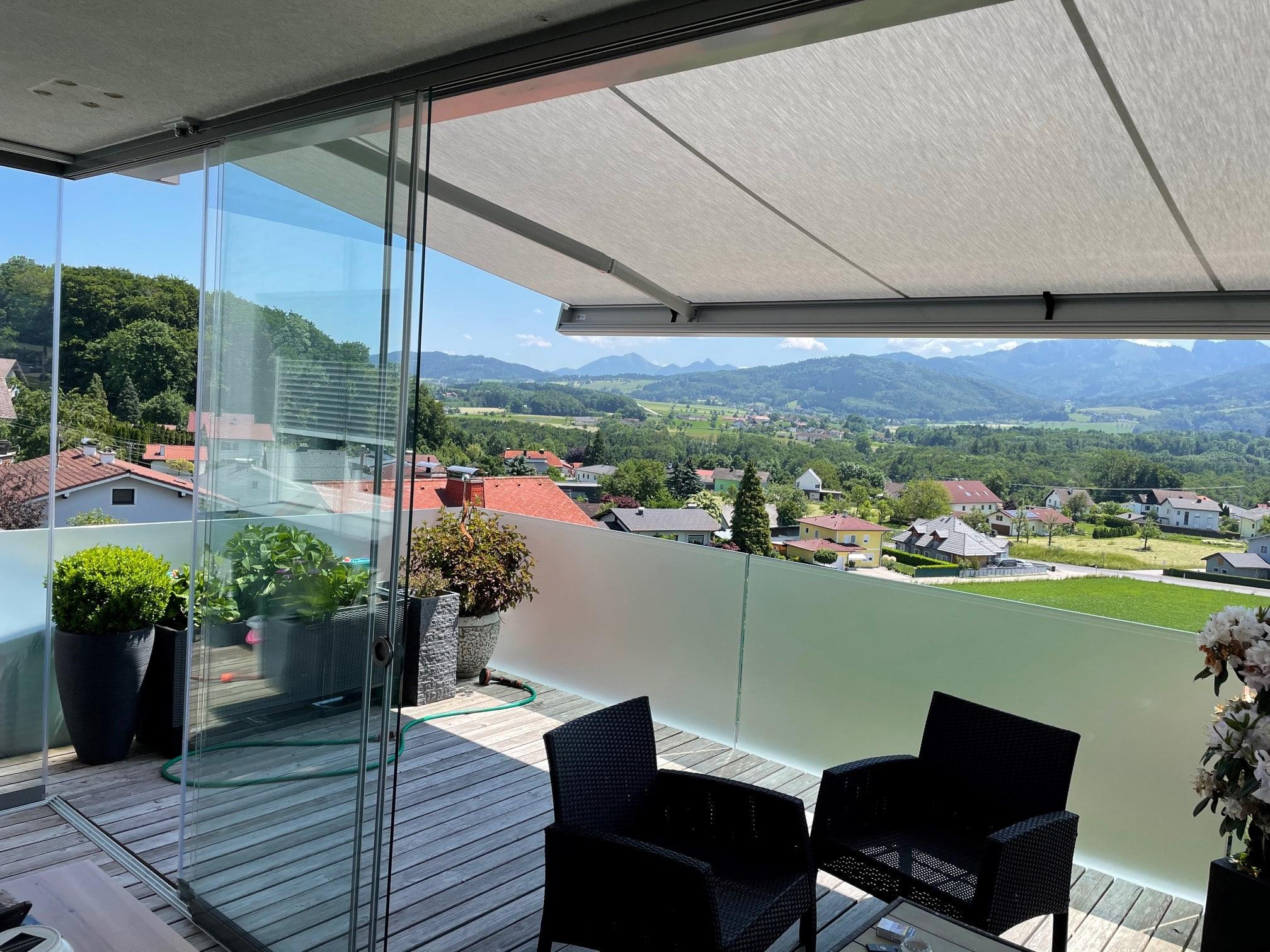 Terrasse mit Glasschiebewänden vor starken Wind- und Regen geschützt