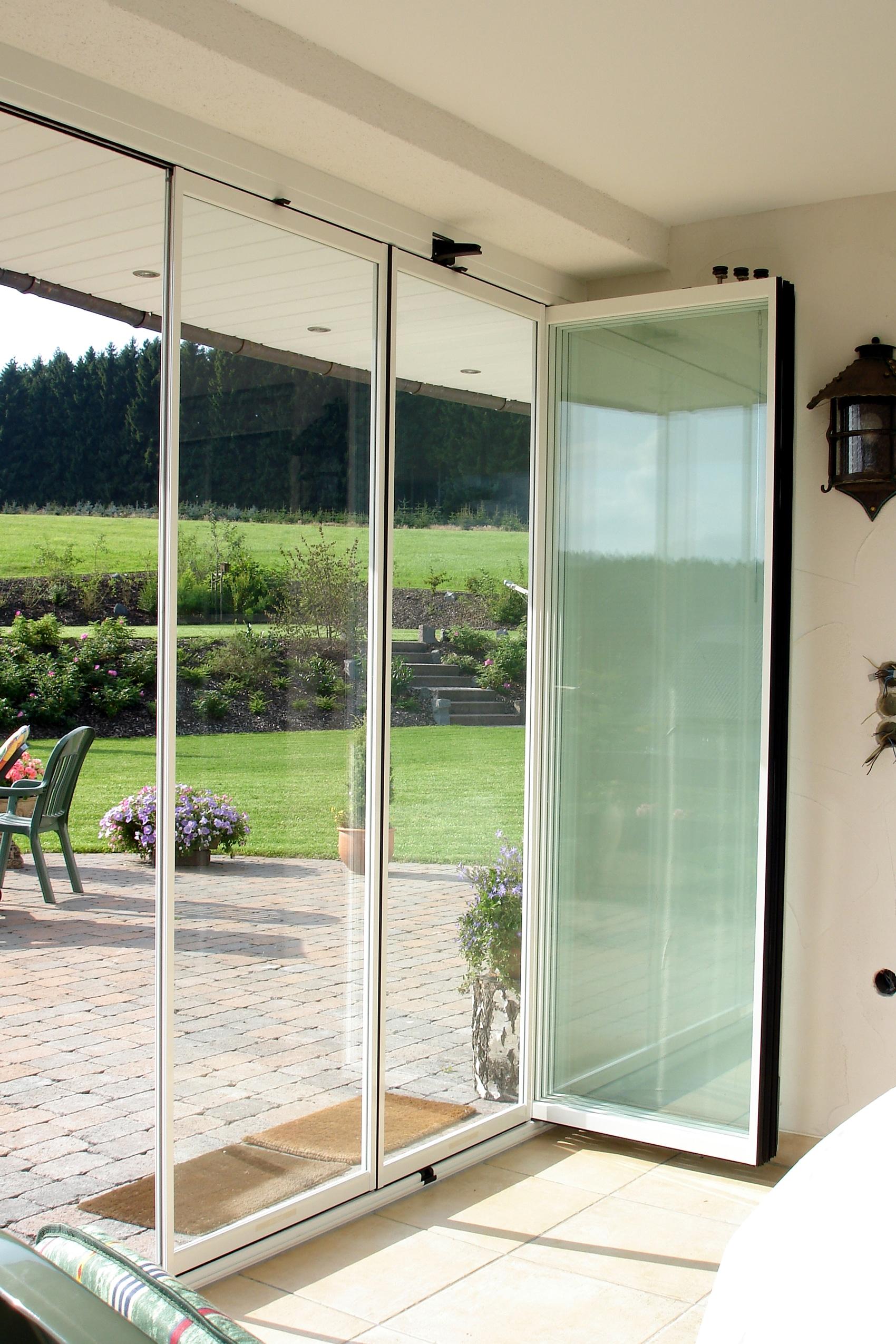 Terrasse mit Schiebe Drehtüren vor Wind geschützt