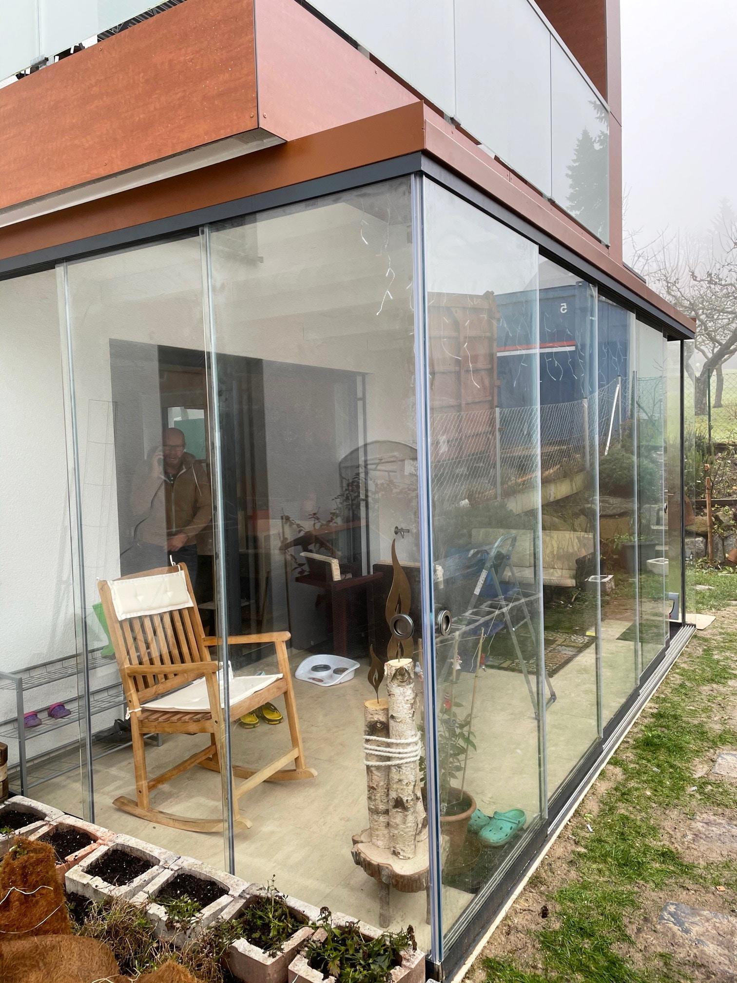 Terrasse mit Schiebeelementen vor schlechtem Wetter schützen