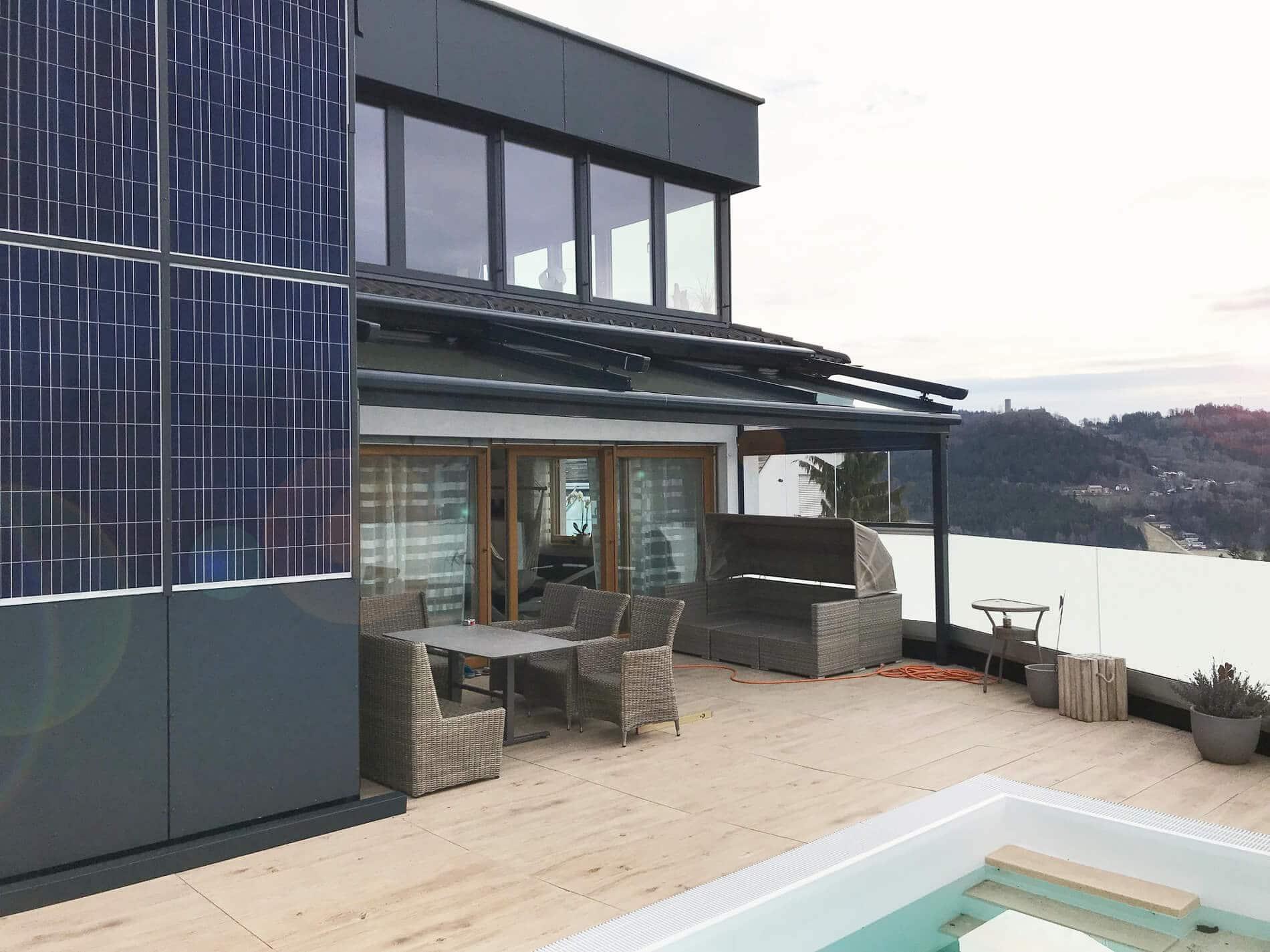 Terrassendach mit Glasdachmarkise und seitlicher Schiebeverglasung - Farbe anthrazit