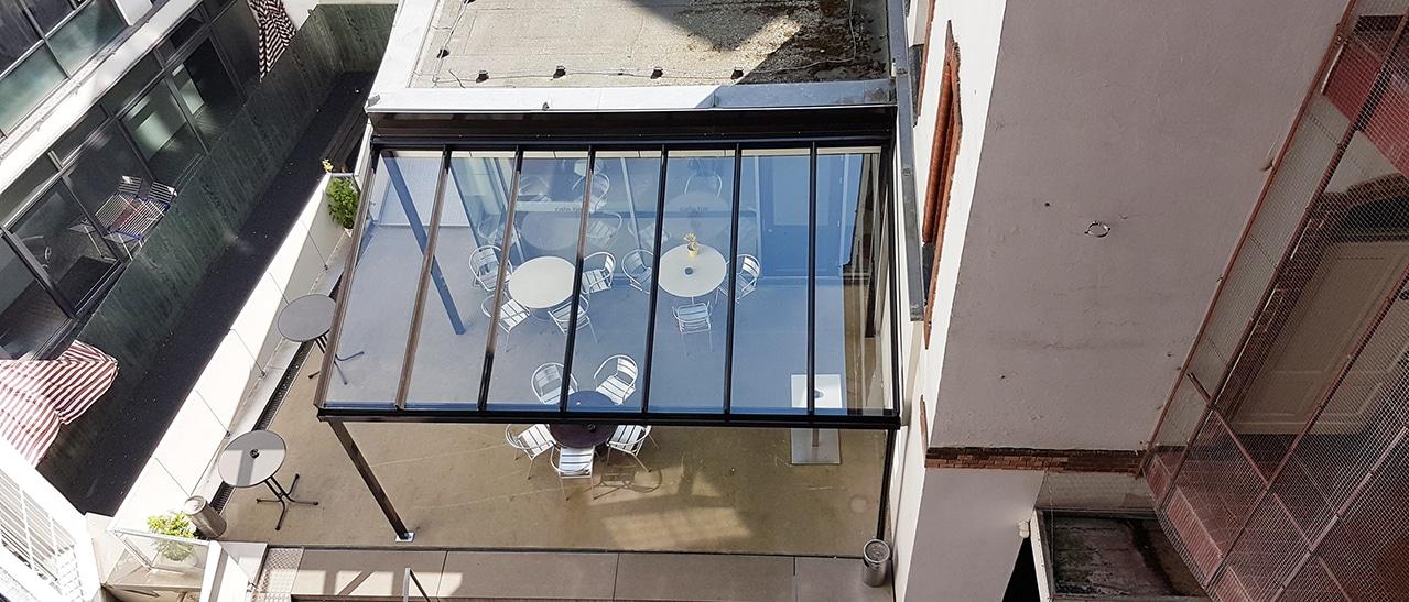 Terrassenüberdachung Alu in der Stadt montiert