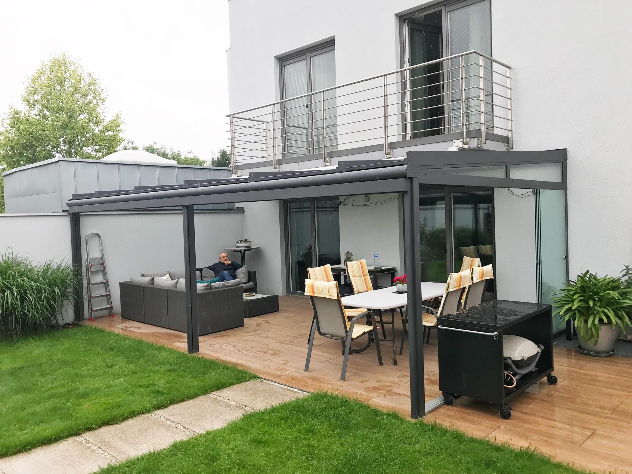 Terrassenüberdachung Alu unter Balkon an Hauswand montiert - Linz