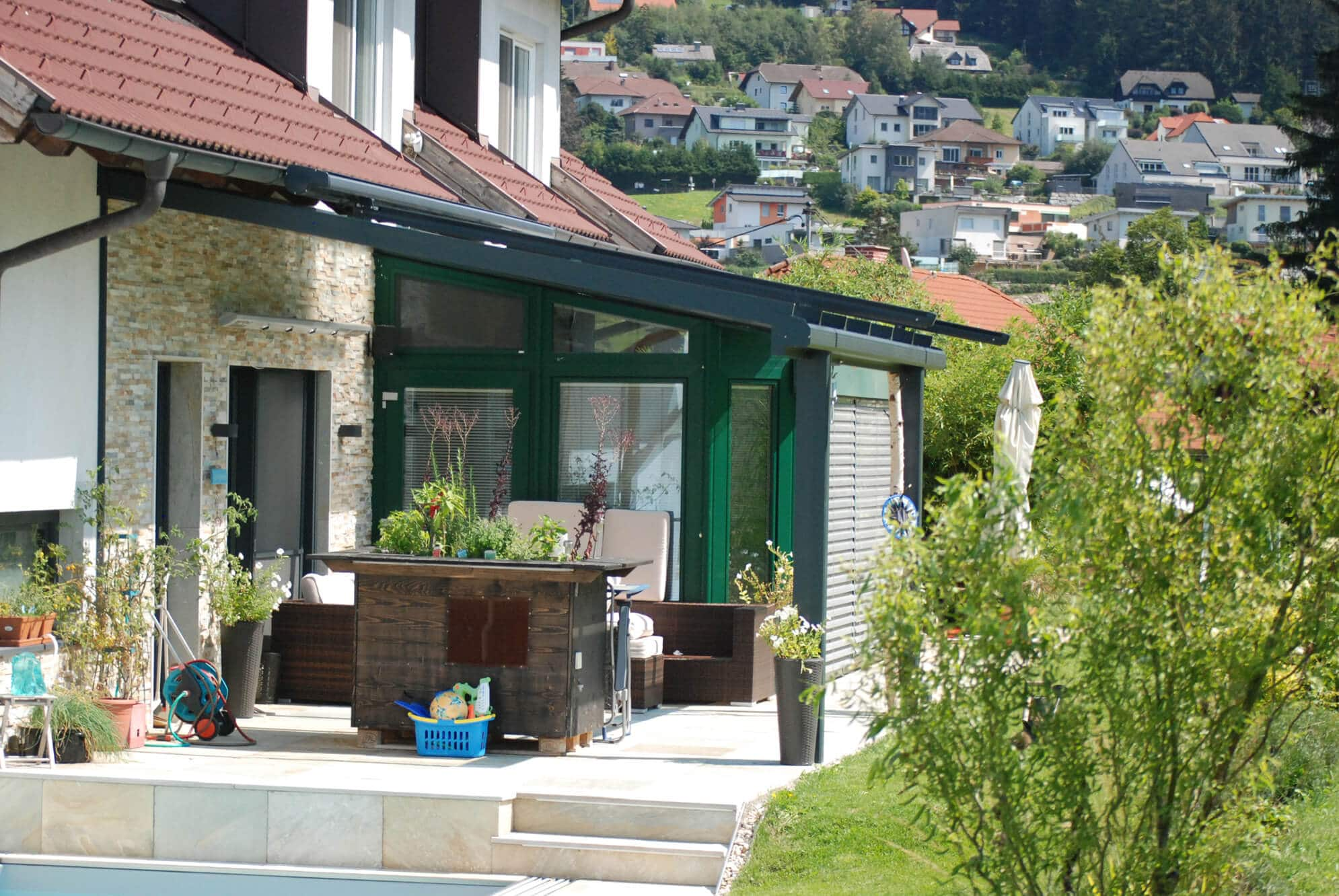 laubengang mit windschutz aus glas glasfassaden vom erzeuger. Black Bedroom Furniture Sets. Home Design Ideas