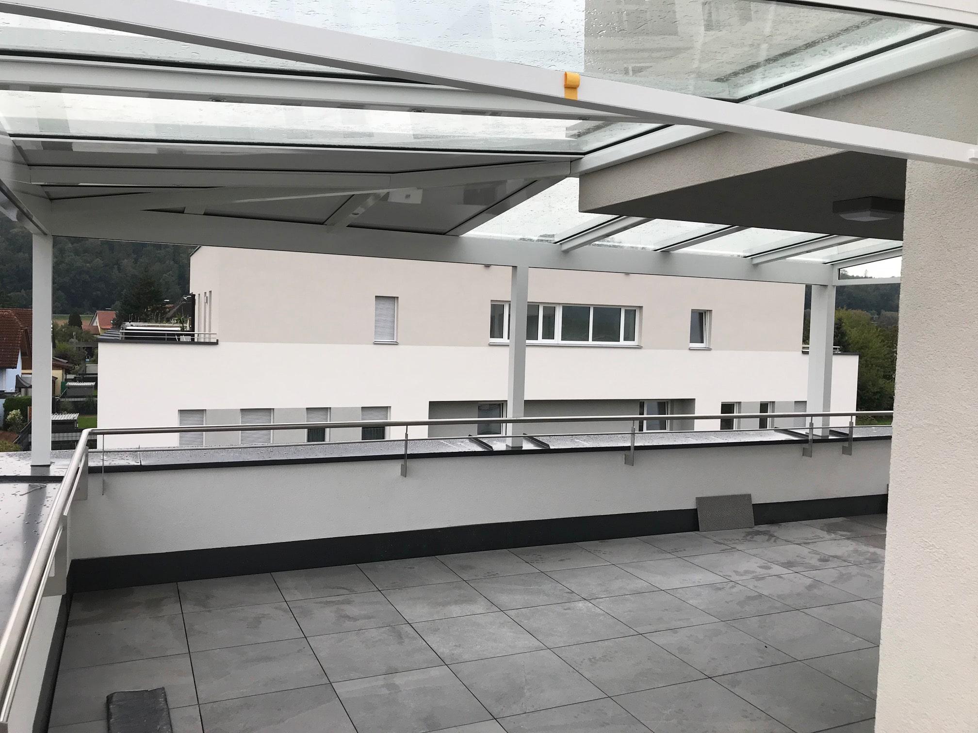 Terrassenüberdachung in weiß für Eigentumswohnung