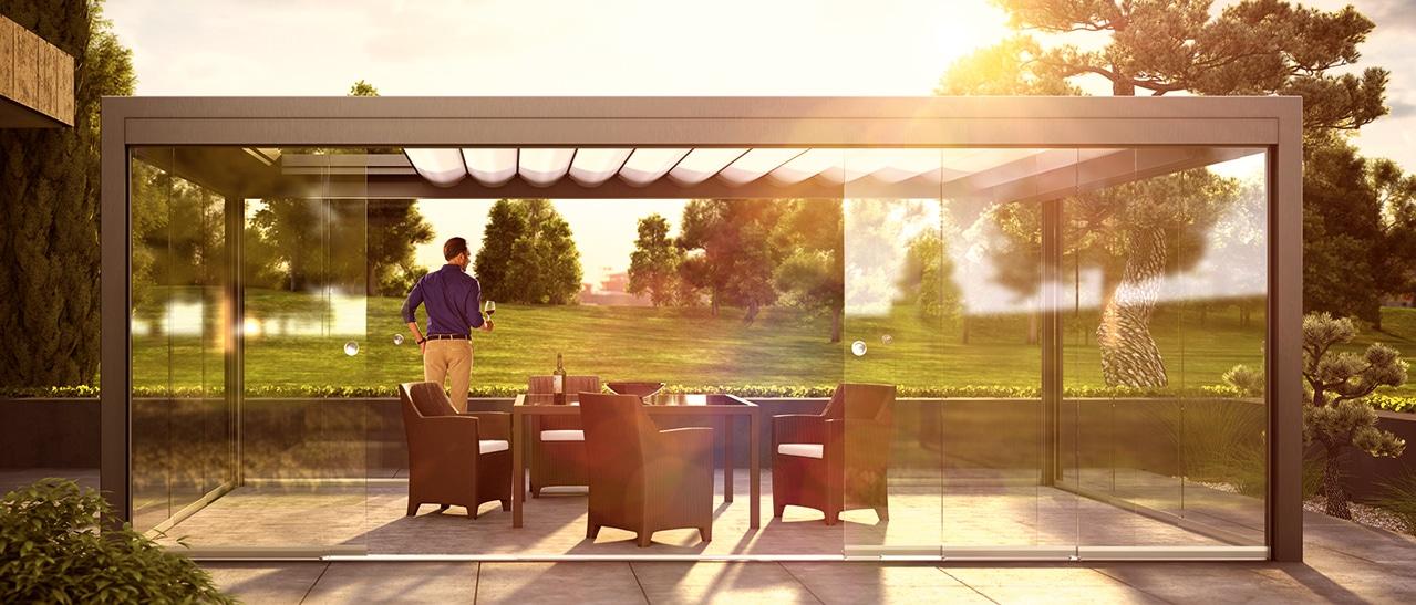 Terrassenüberdachung mit Lamellendach nachträglich mit Schiebetüren schließen