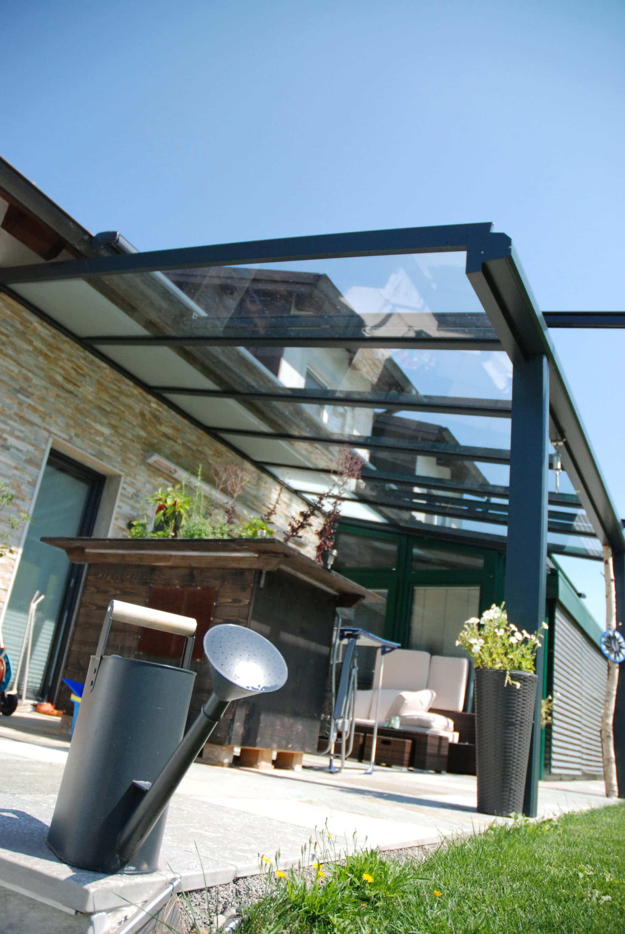 Terrassenüberdachung modern in anthrazit
