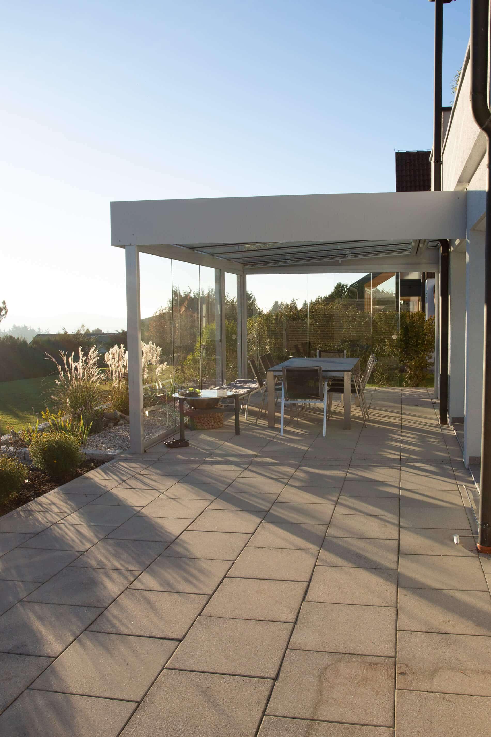 Terrassenüberdachung modern - seitlich teilweise mit Schiebewänden