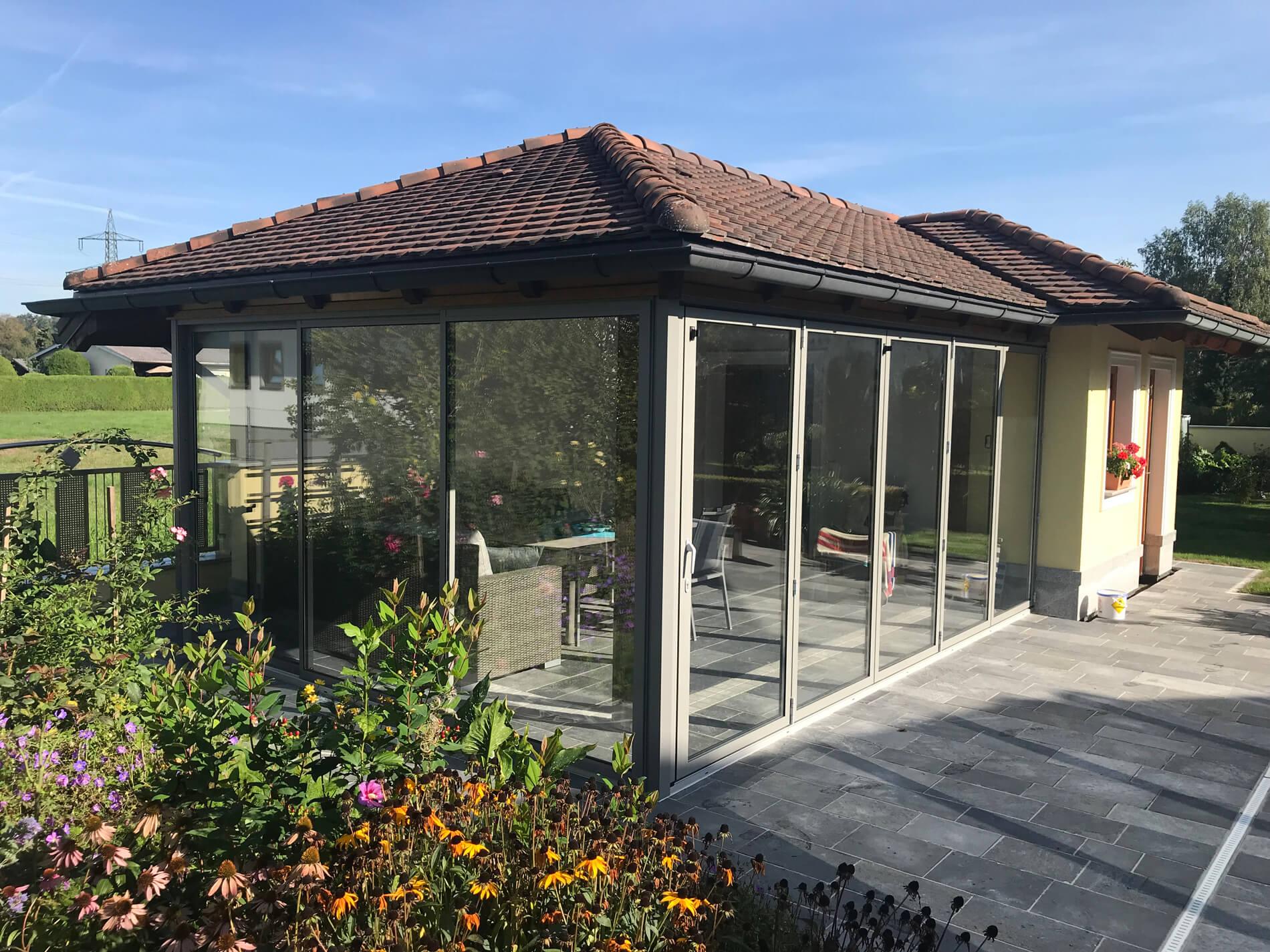 Terrassenverglasung mit Faltwand und Schiebesystem