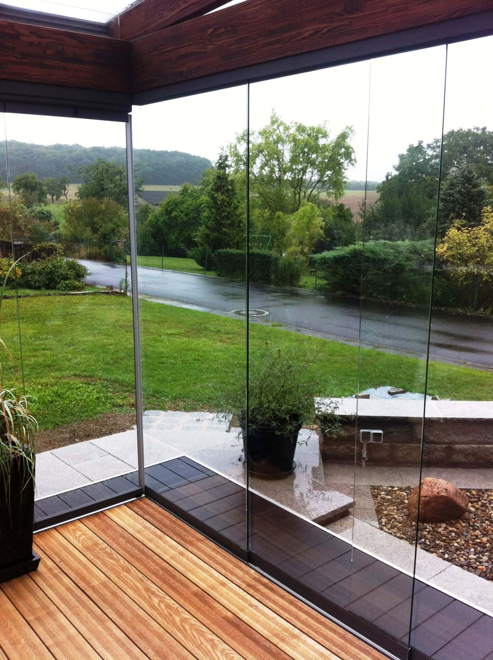 Transparenter Terrassenwindschutz